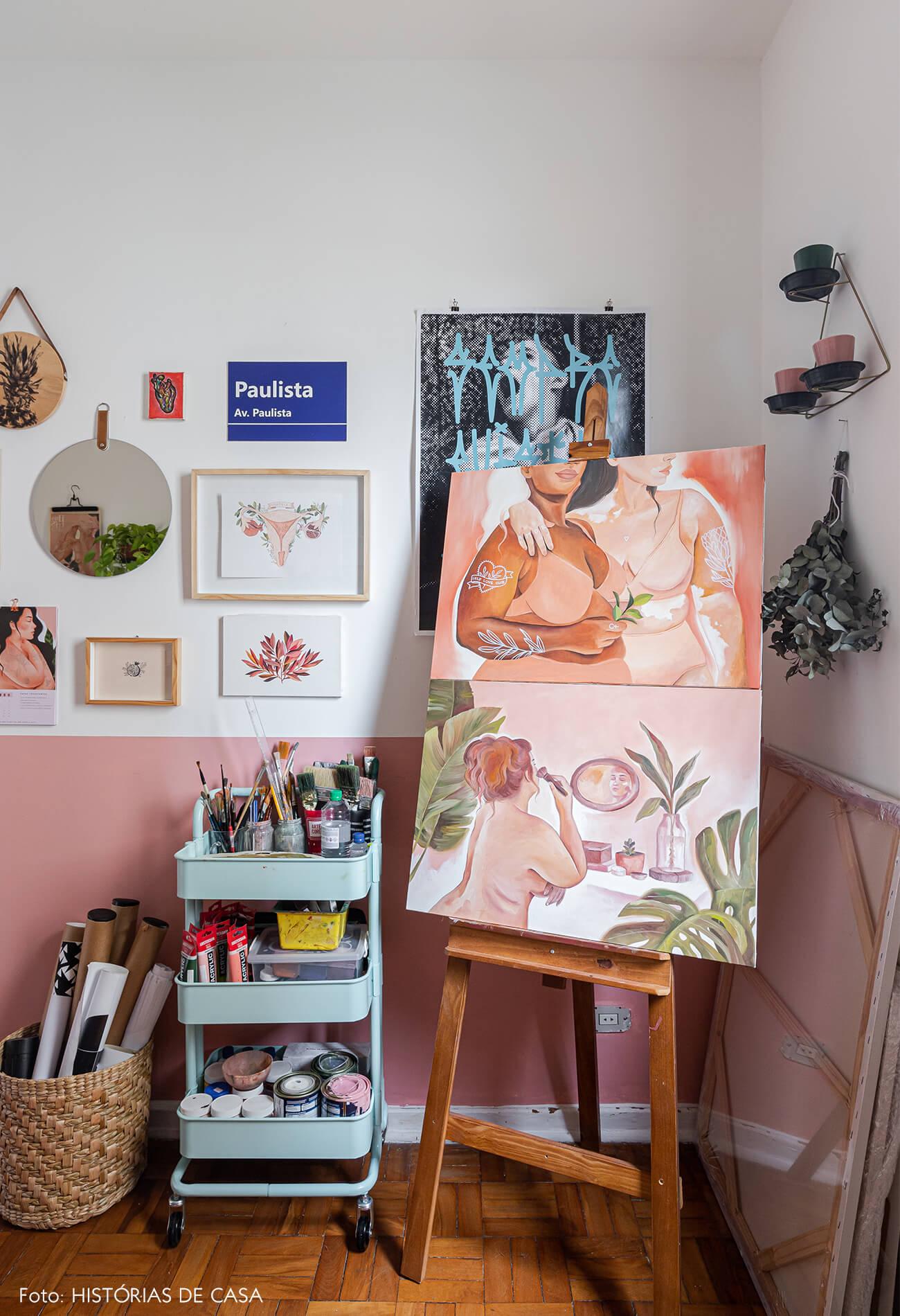 home-office-decoração-meia-parede-rosa-e-pinturas