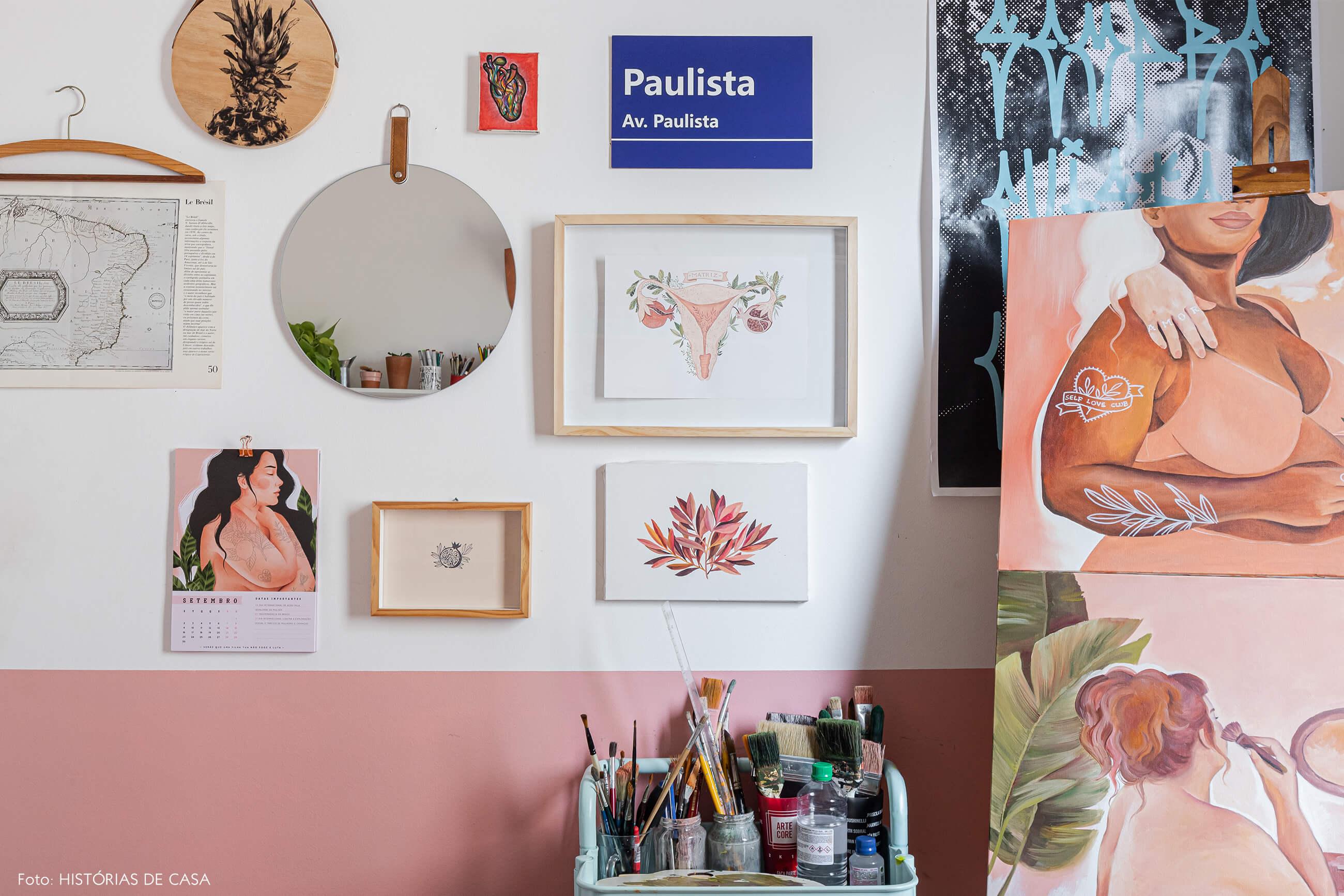 decoração-home-office-meia-parede-rosa-com-quadros-ilustrações