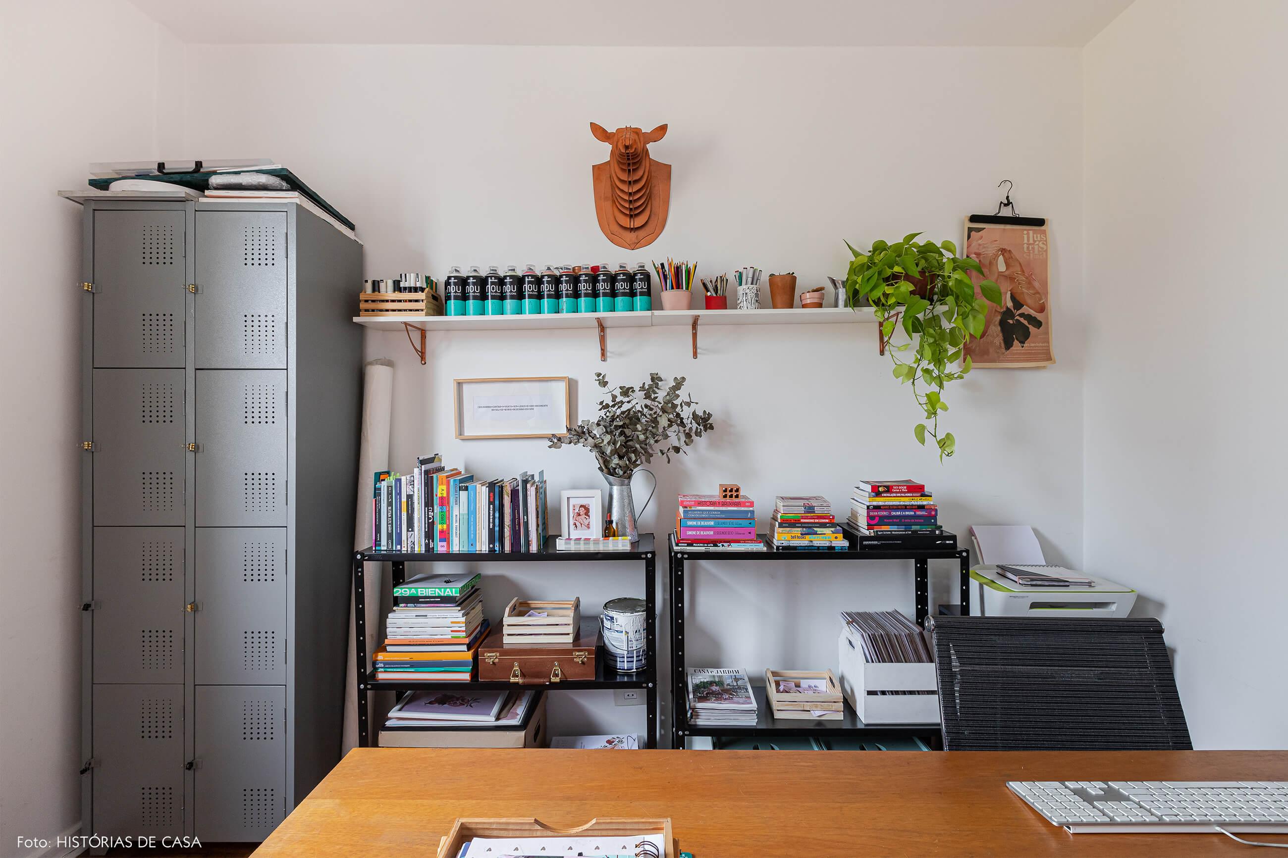 home-office-com-armarios-metal-e-cabeça-animal-na-parede