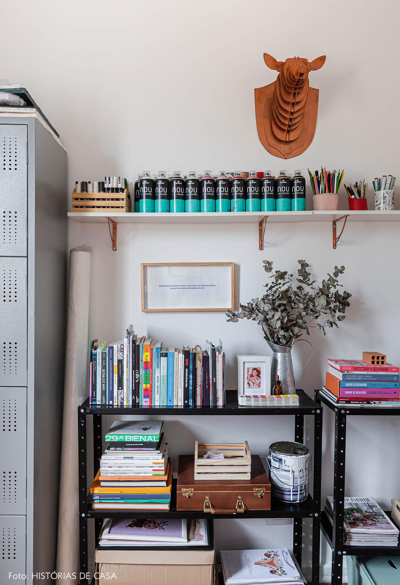 home-office-decoração-com-armarios-de-metal-e-cabeça-animal-na-parede