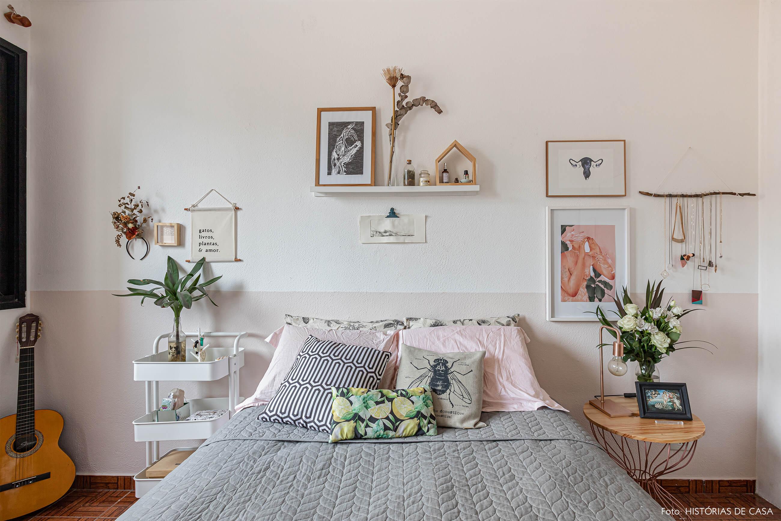 decoração-quarto-com-meia-parede-pintada-e-quadros