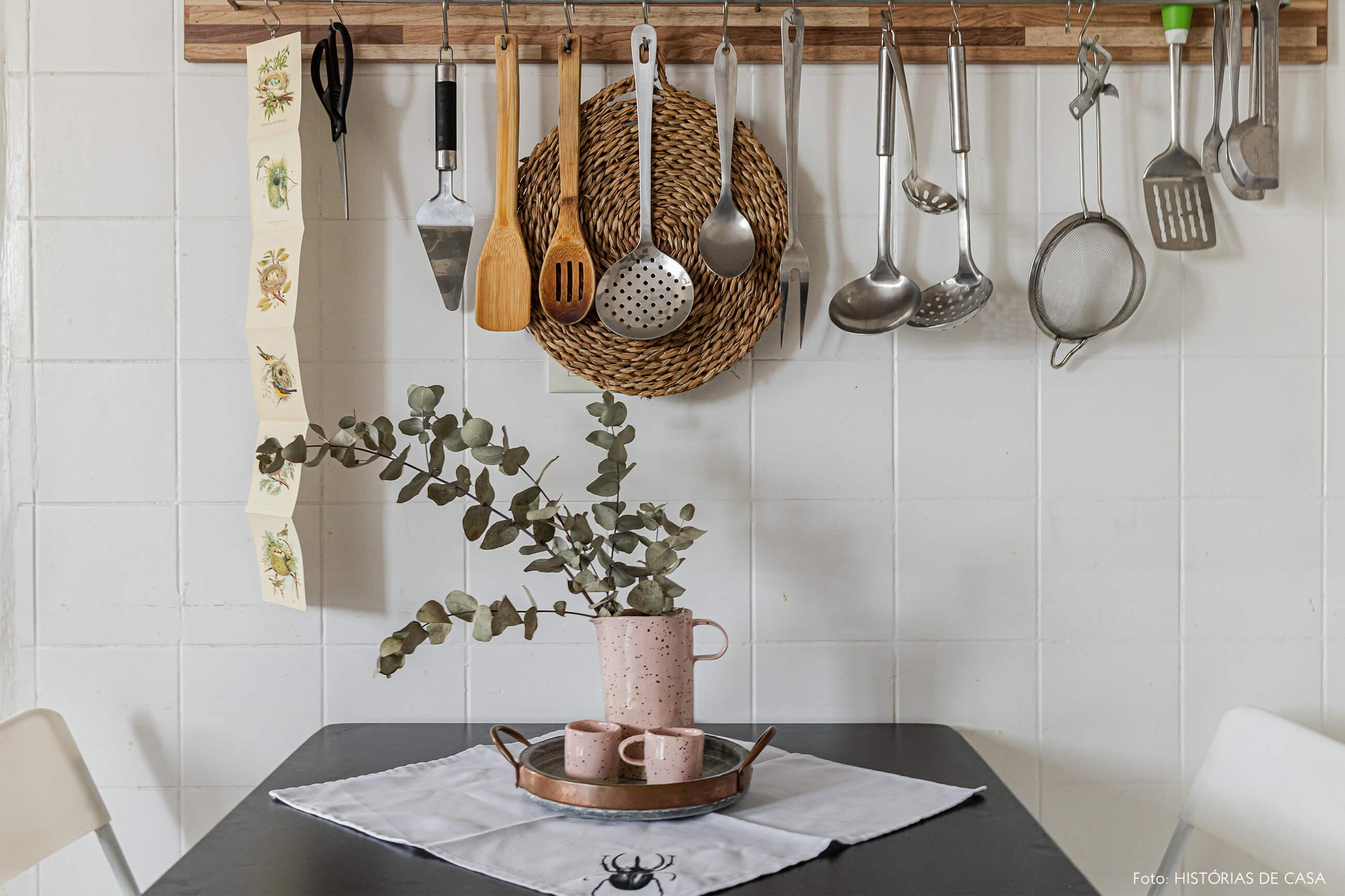 decoração-cozinha-com-ceramica-rosa-e-planta