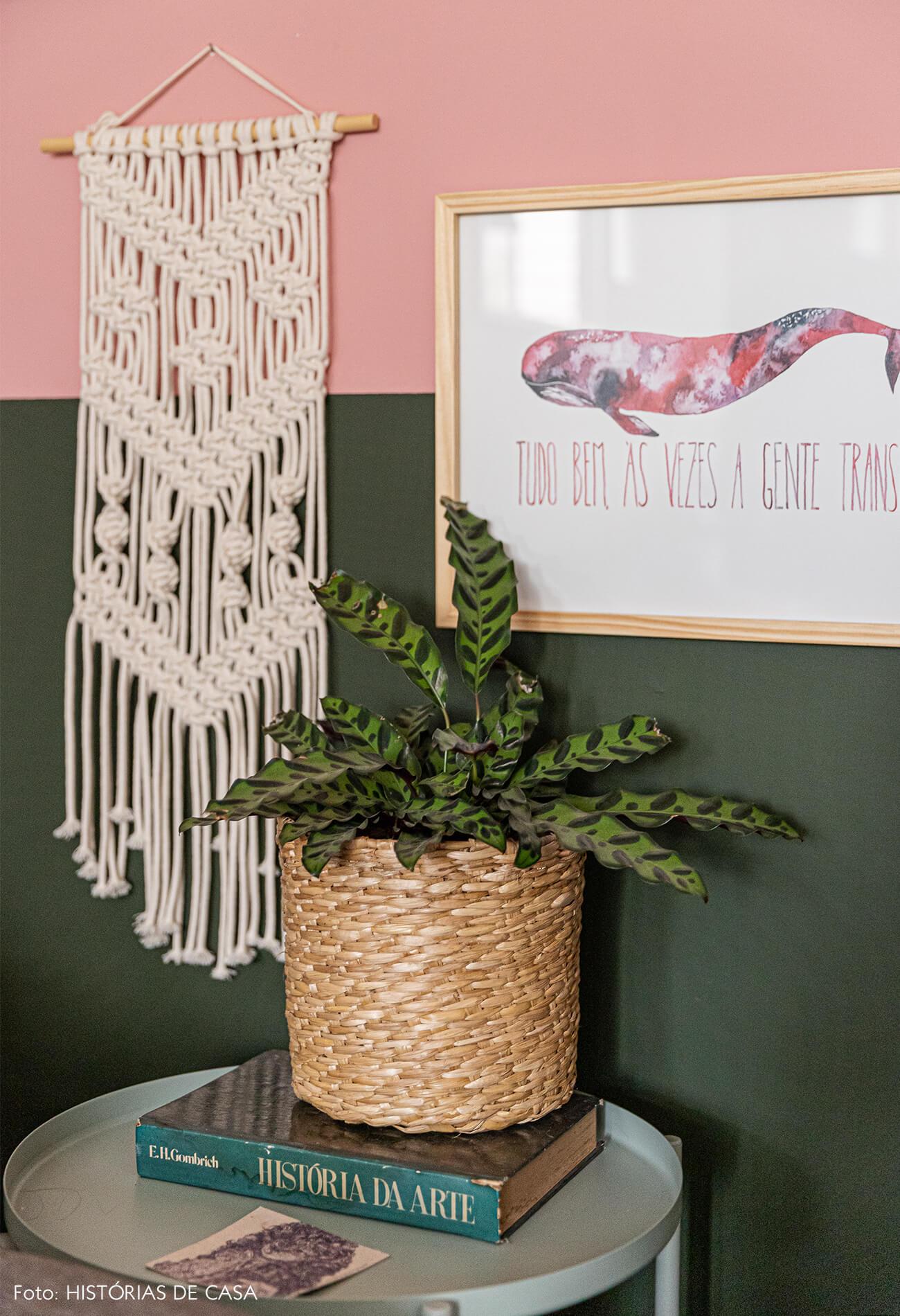 parede-rosa-e-verde-e-detalhes-da-decoração