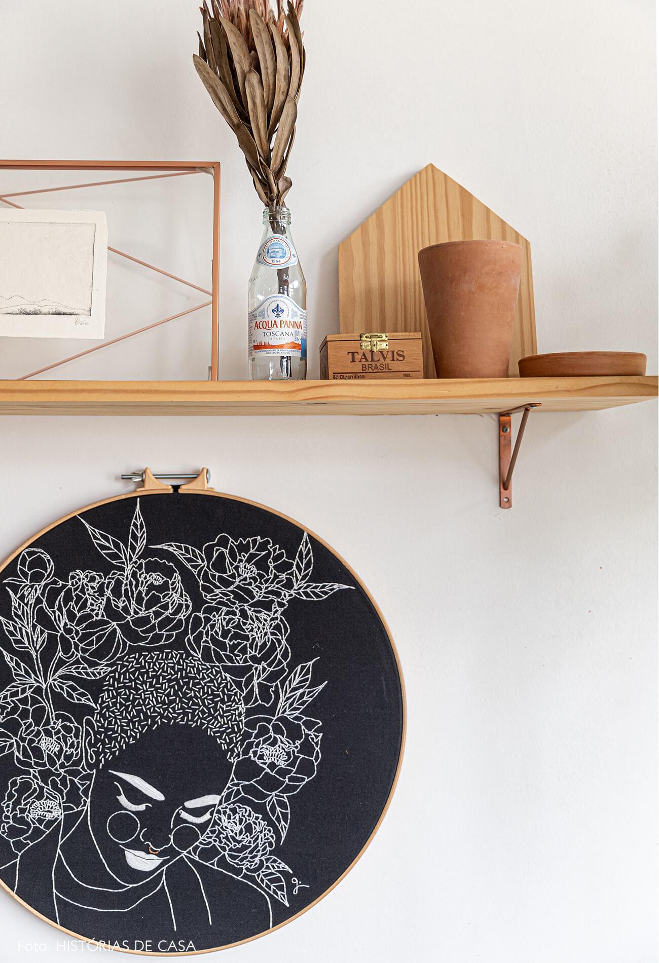 detalhe-da-decoração-comestante-de-madeira-e-bastidor-bordado