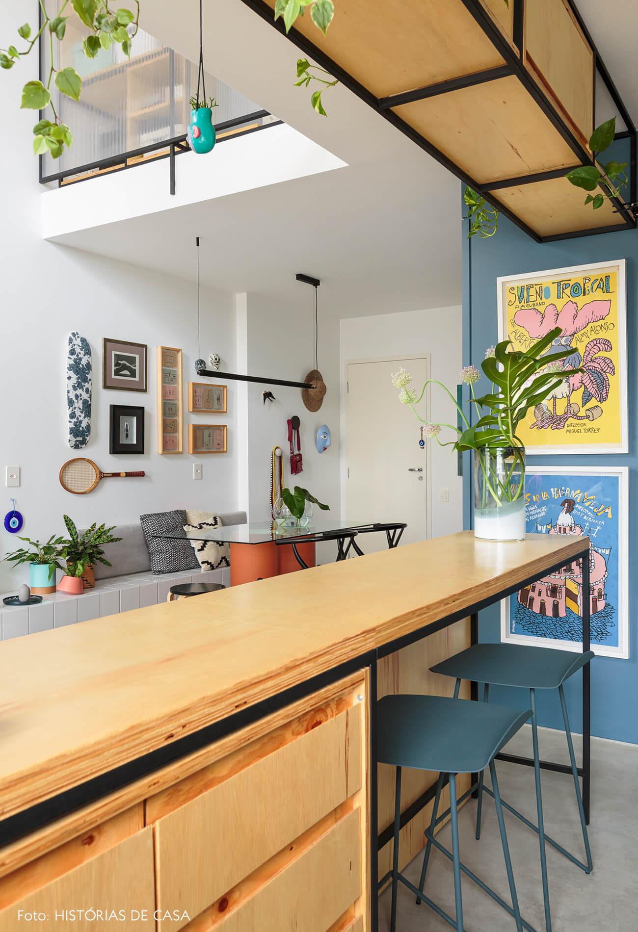 flavio-decoração-bancada-de-madeira-clara-e-bancos-azuis