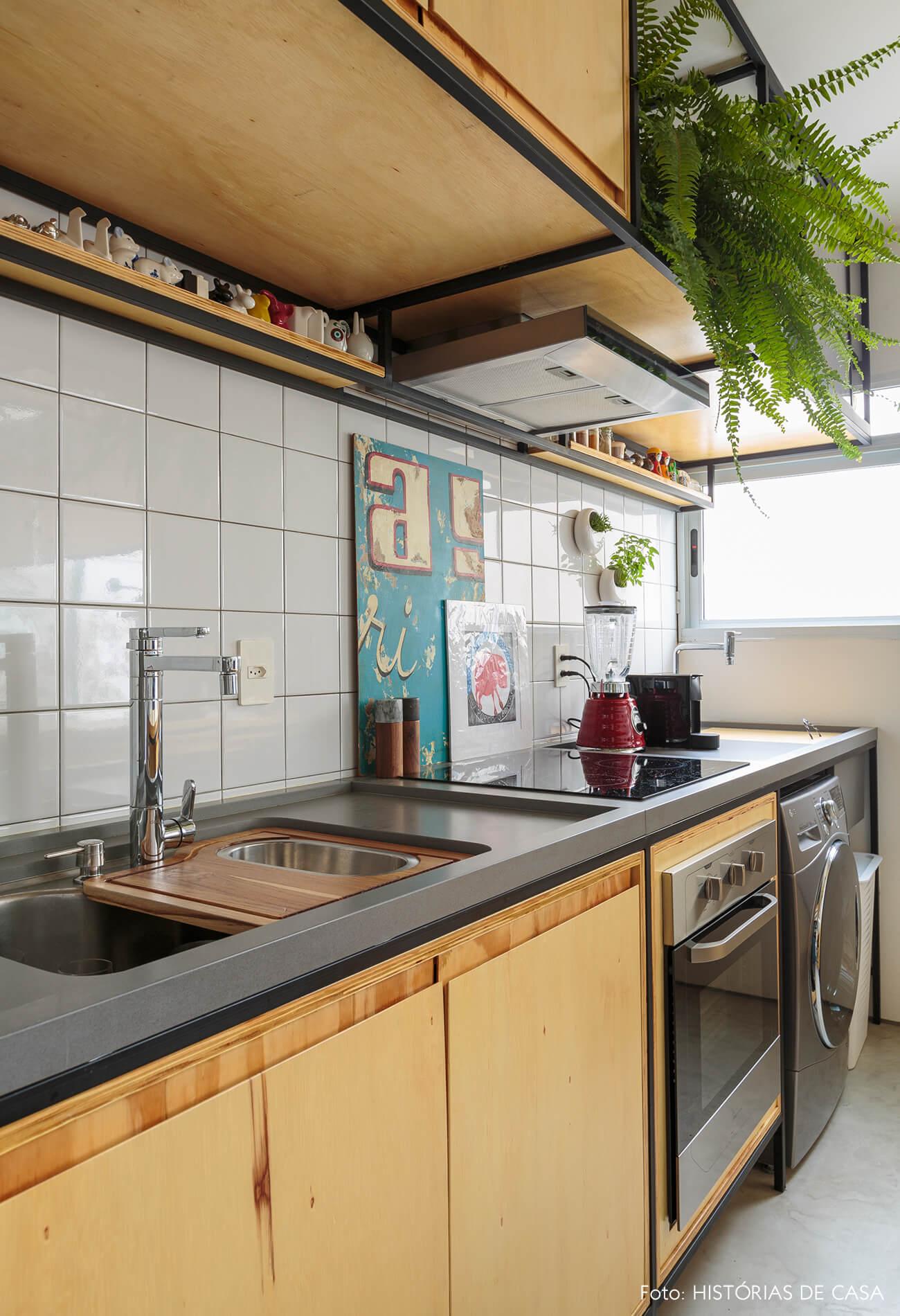flavio-decoração-cozinha-com-estantes-de-madeira-clara-e-plantas
