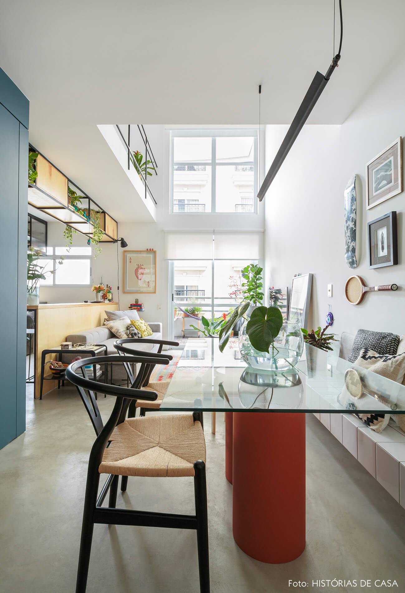 flavio-decoração-sala-jantar-com-mesa-de-vidro-e-cadeiras-palha
