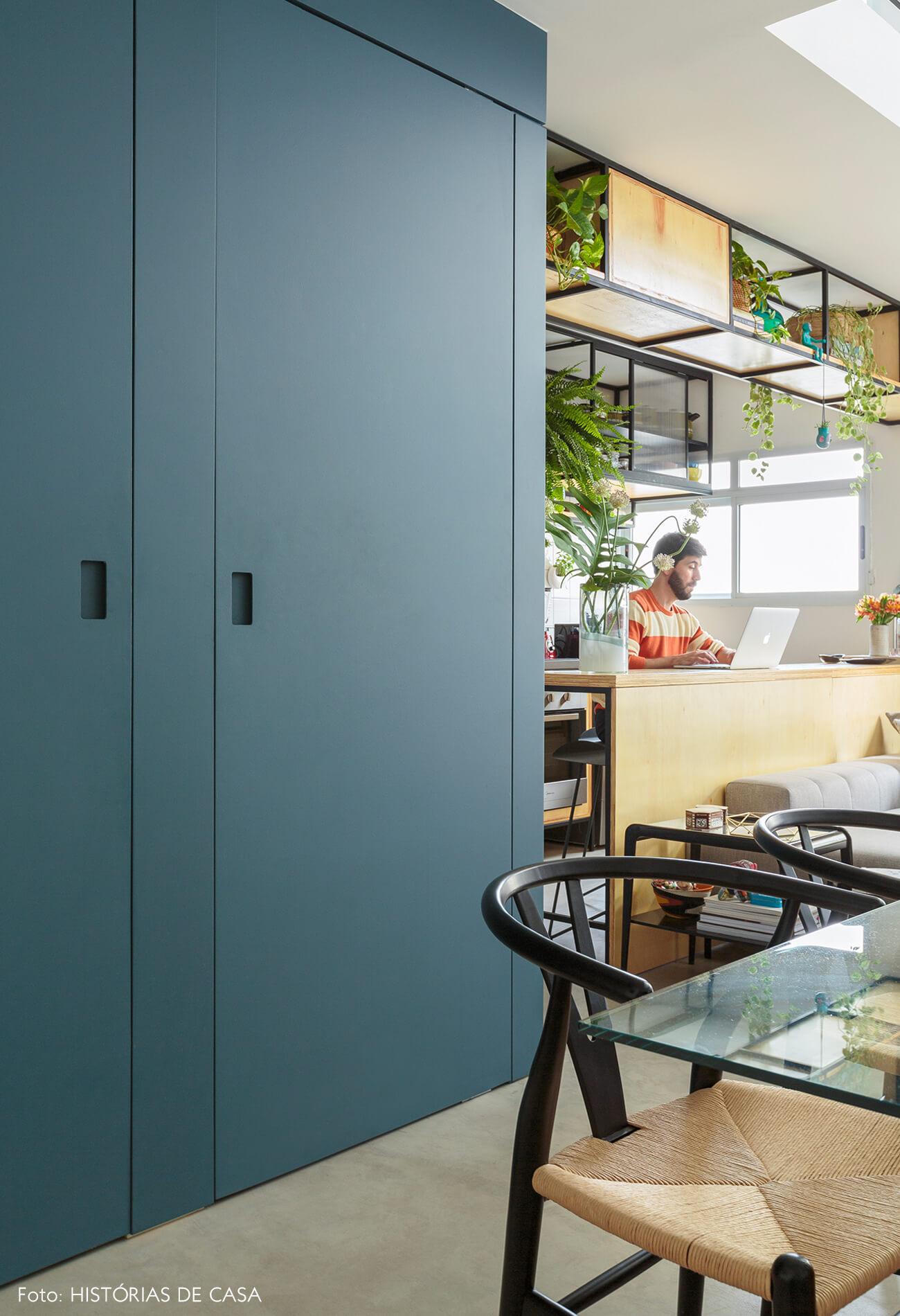 flavio-decoração-sala-e-cozinha-com-portas-azul-e-cadeira-preta