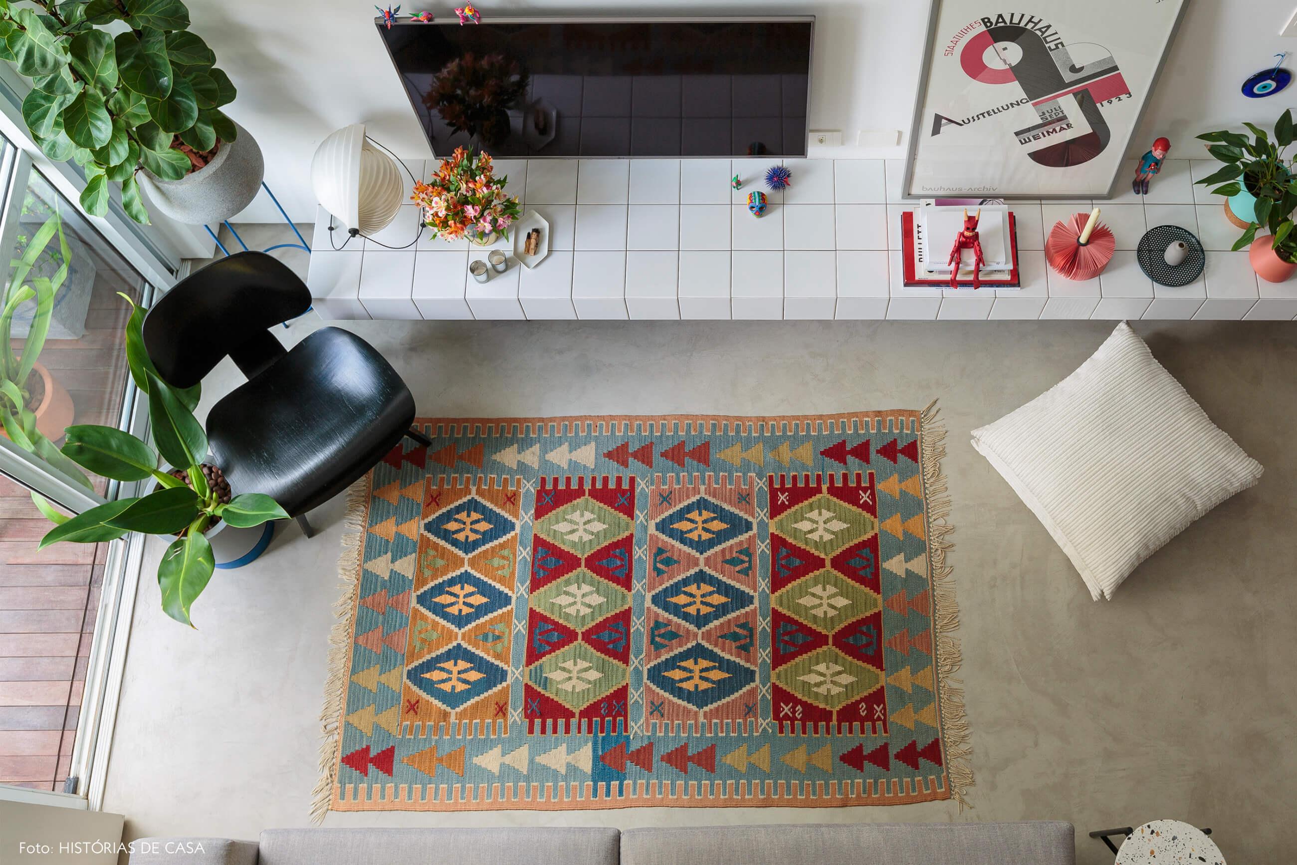 flavio-decoração-sala-duplex-com-tapete-colorido-e-rack-de-azulejo