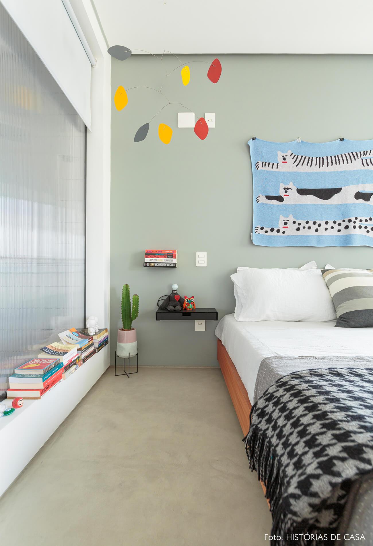 flavio-decoração-quarto-com-parede-cinza-e-mobile