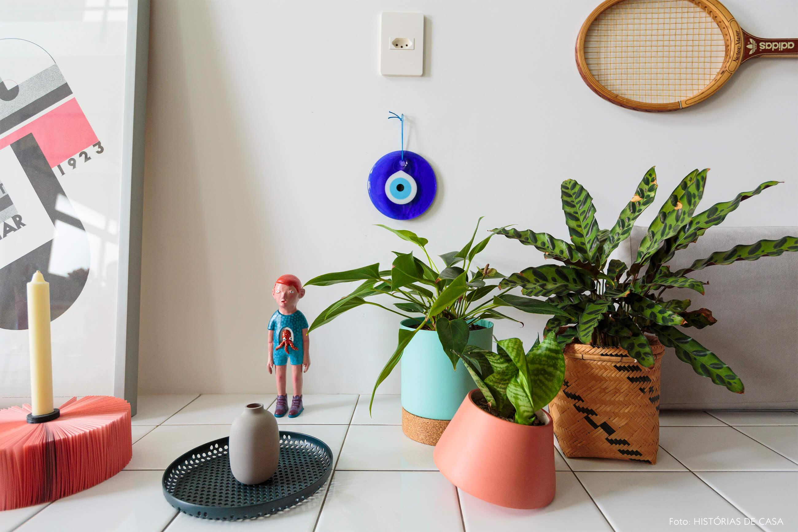 flavio-decoração-detalhe-do-rack-de-azulejo-com-vasos-e-boneco
