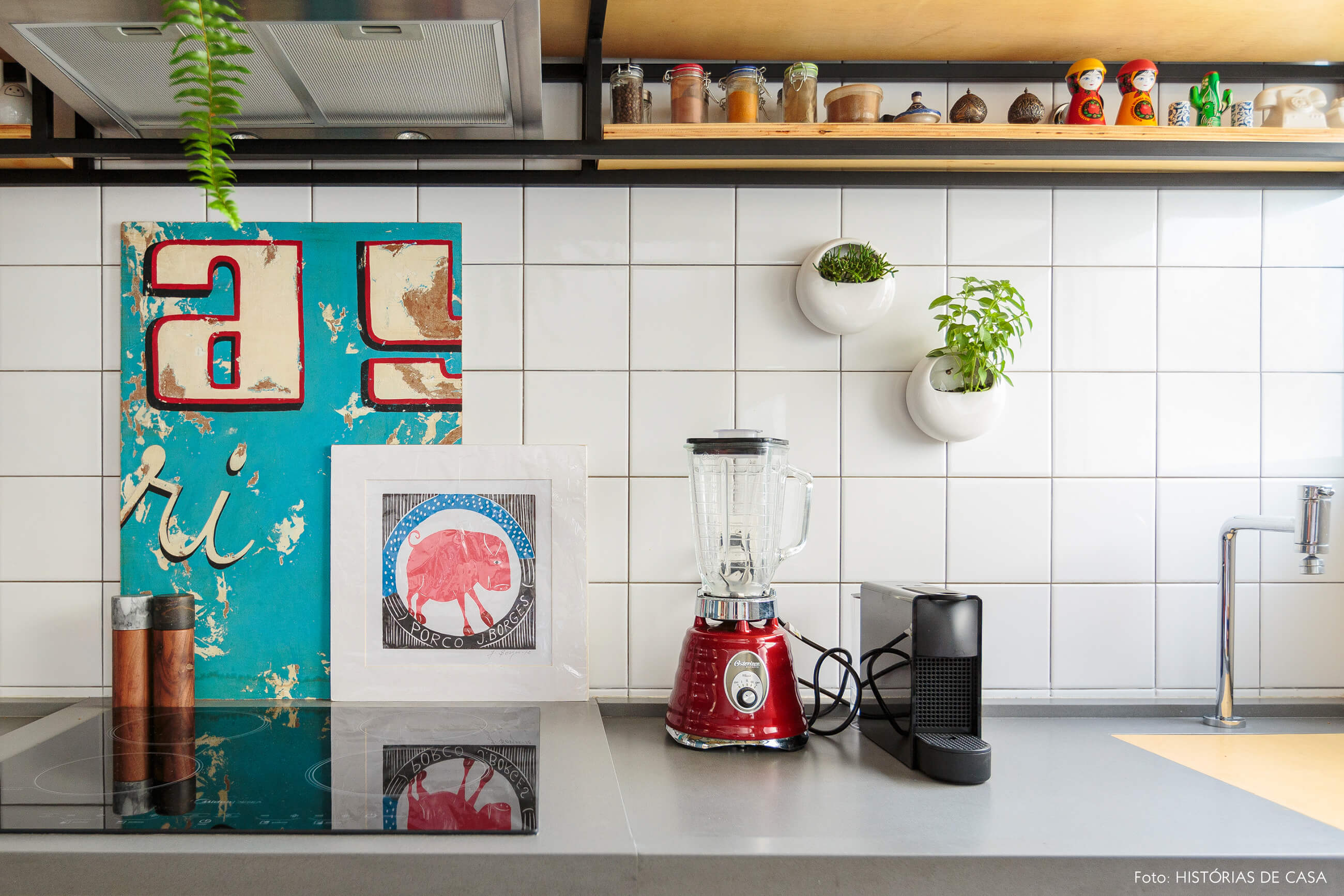 flavio-decoração-cozinha-com-posters-e-vasos