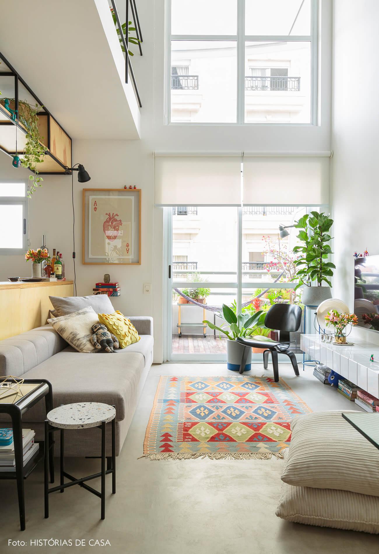 flavio-decoração-sala-com-varanda-e-rack-de-azulejo-e-plantas