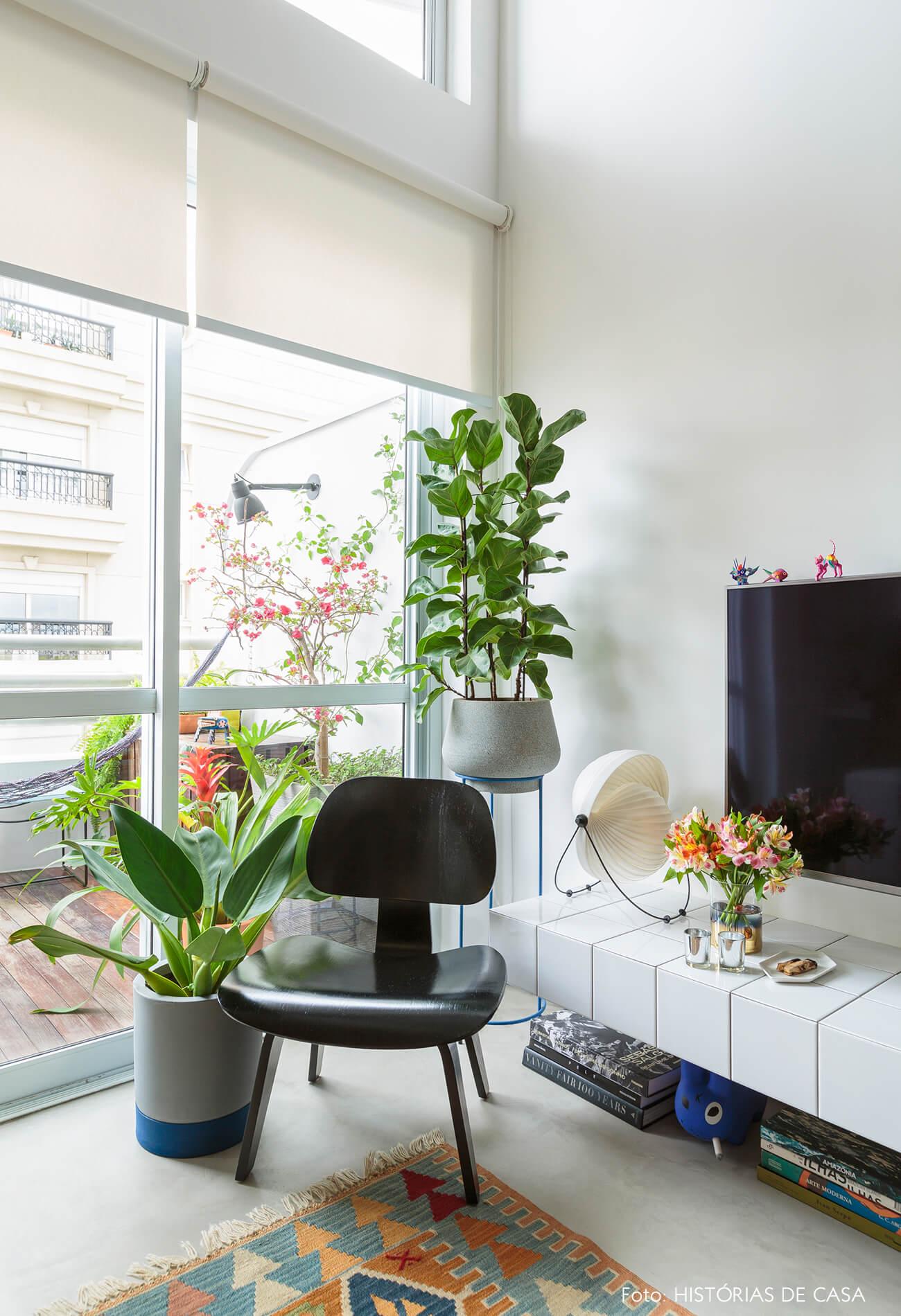 flavio-decoração-sala-e-varanda-com-cadeira-de-madeira-preta-e-plantas