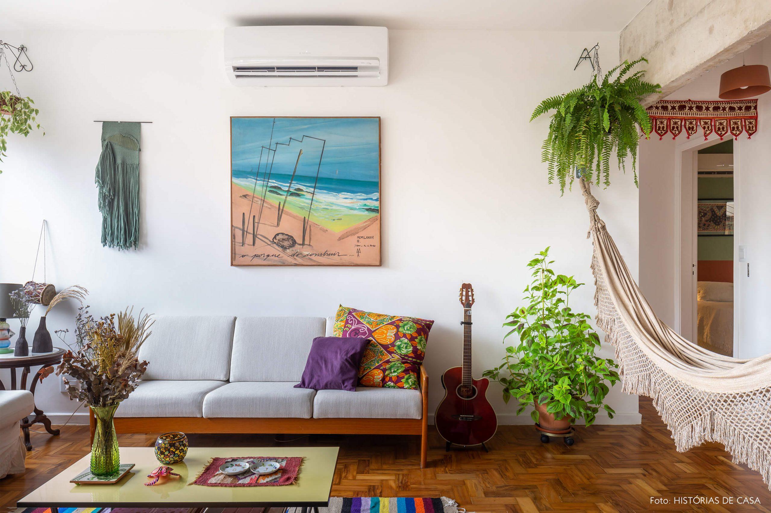 decoração sala com objetos coloridos plantas e rede