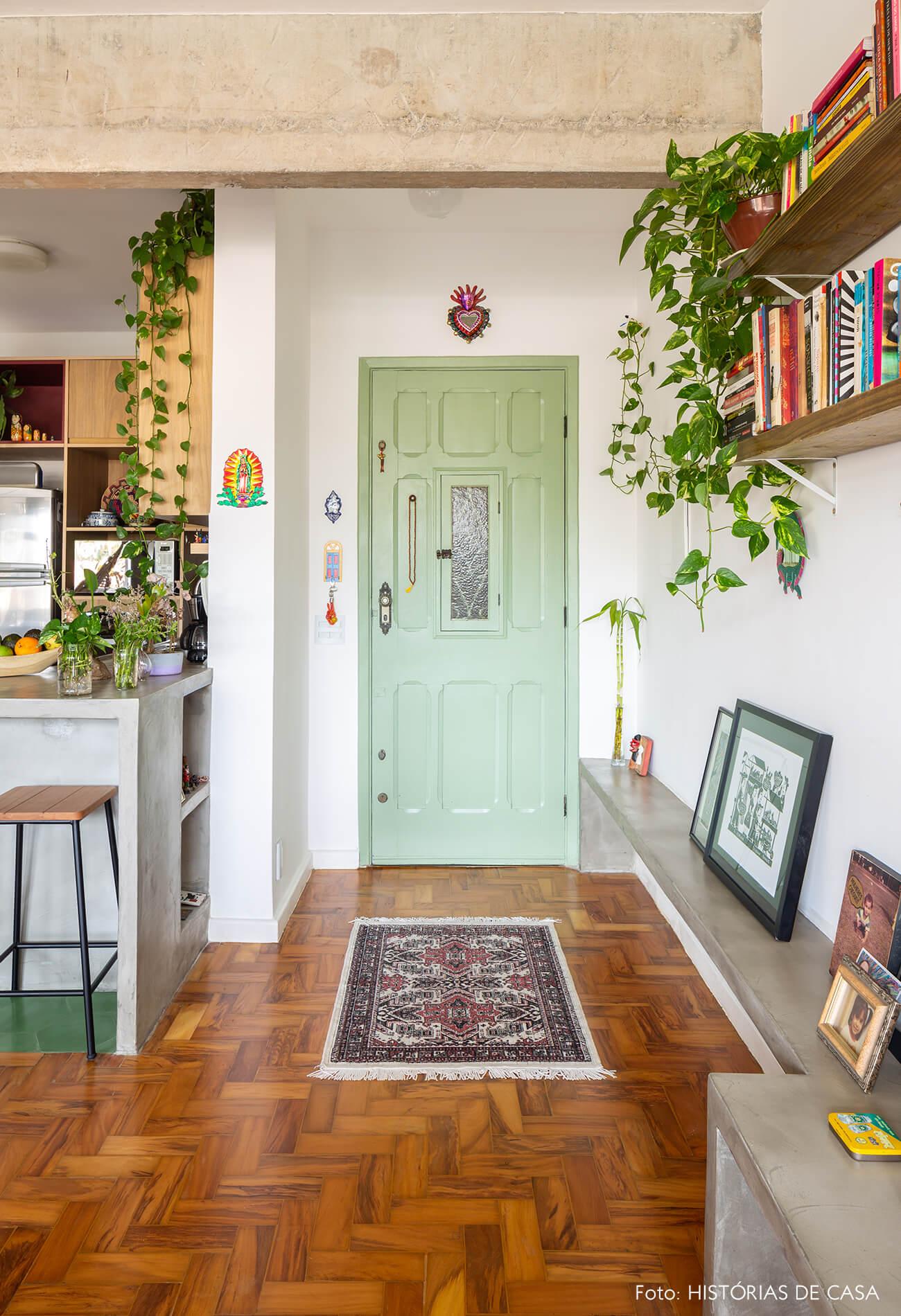 decoração hall com banco de concreto e porta verde