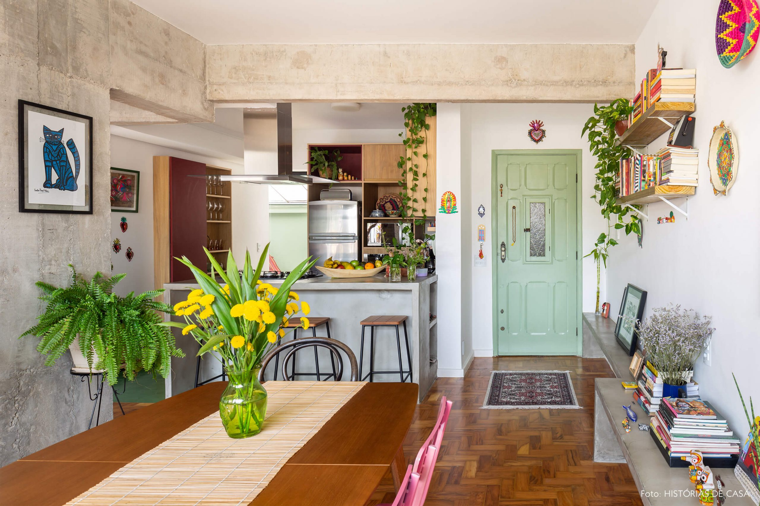 decoração sala jantar com chão e mesa de madeira banco de concreto e porta verde