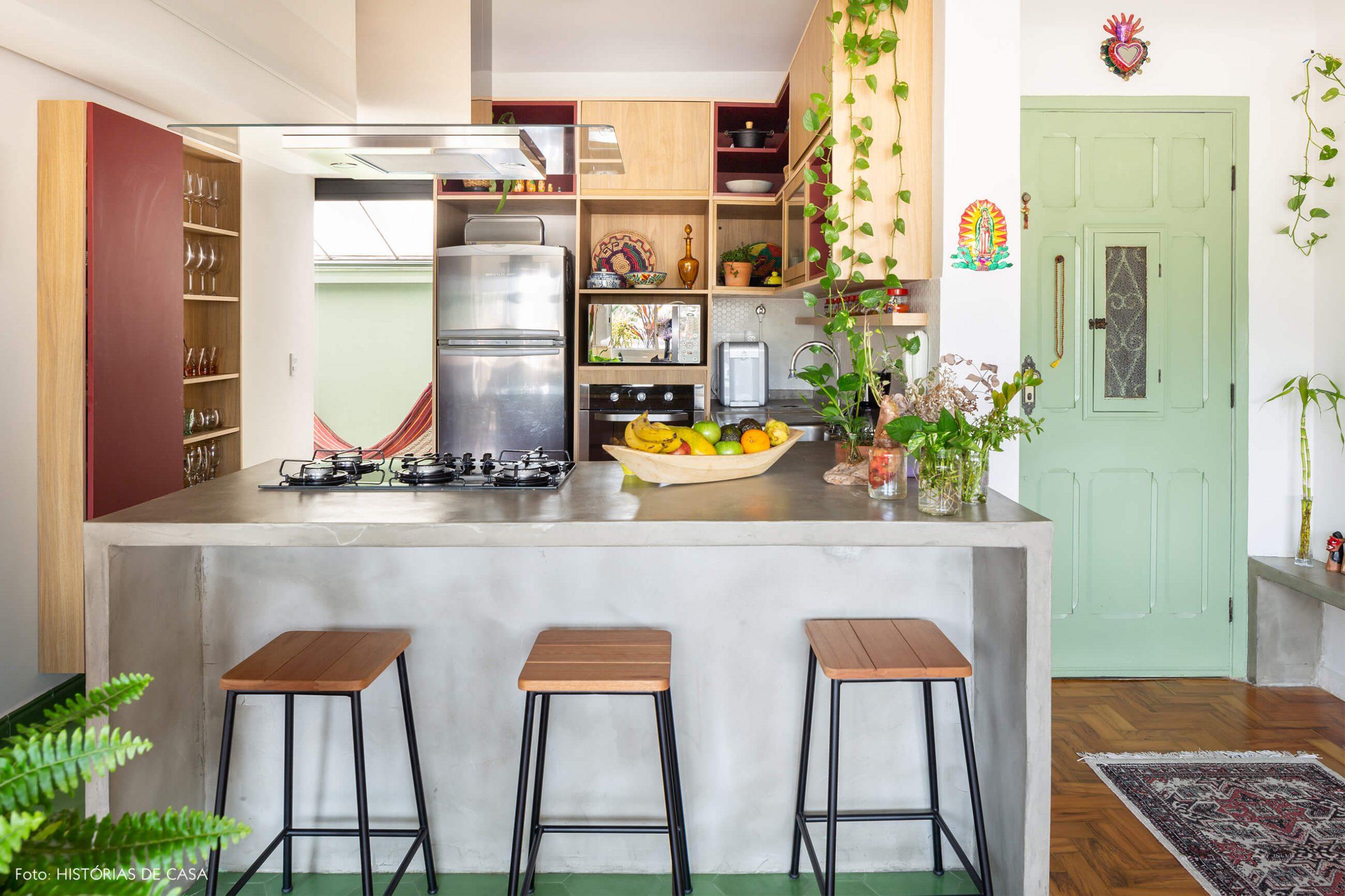 decoração cozinha com bancada e concreto e armários de madeira