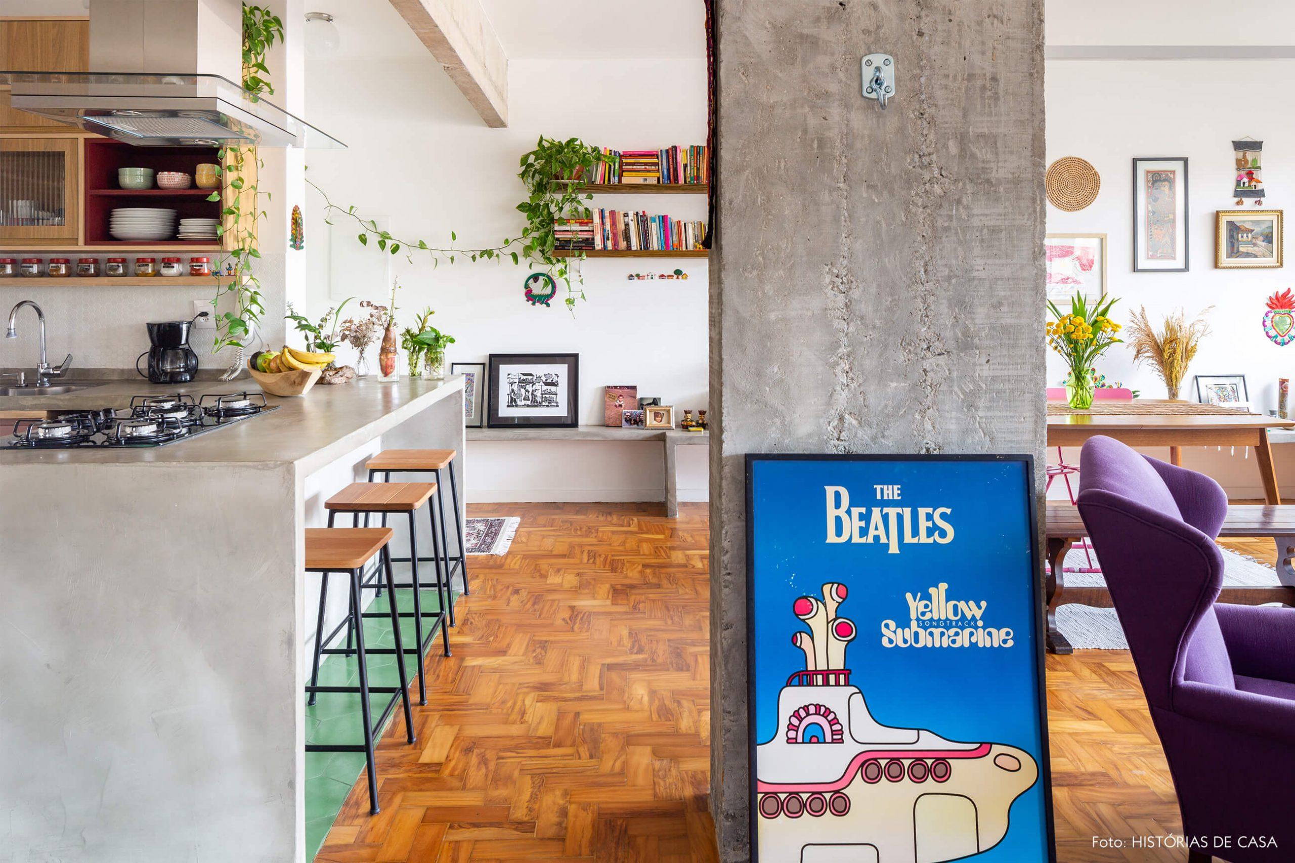 decoração sala cozinha com coluna de concreto e objetos coloridos