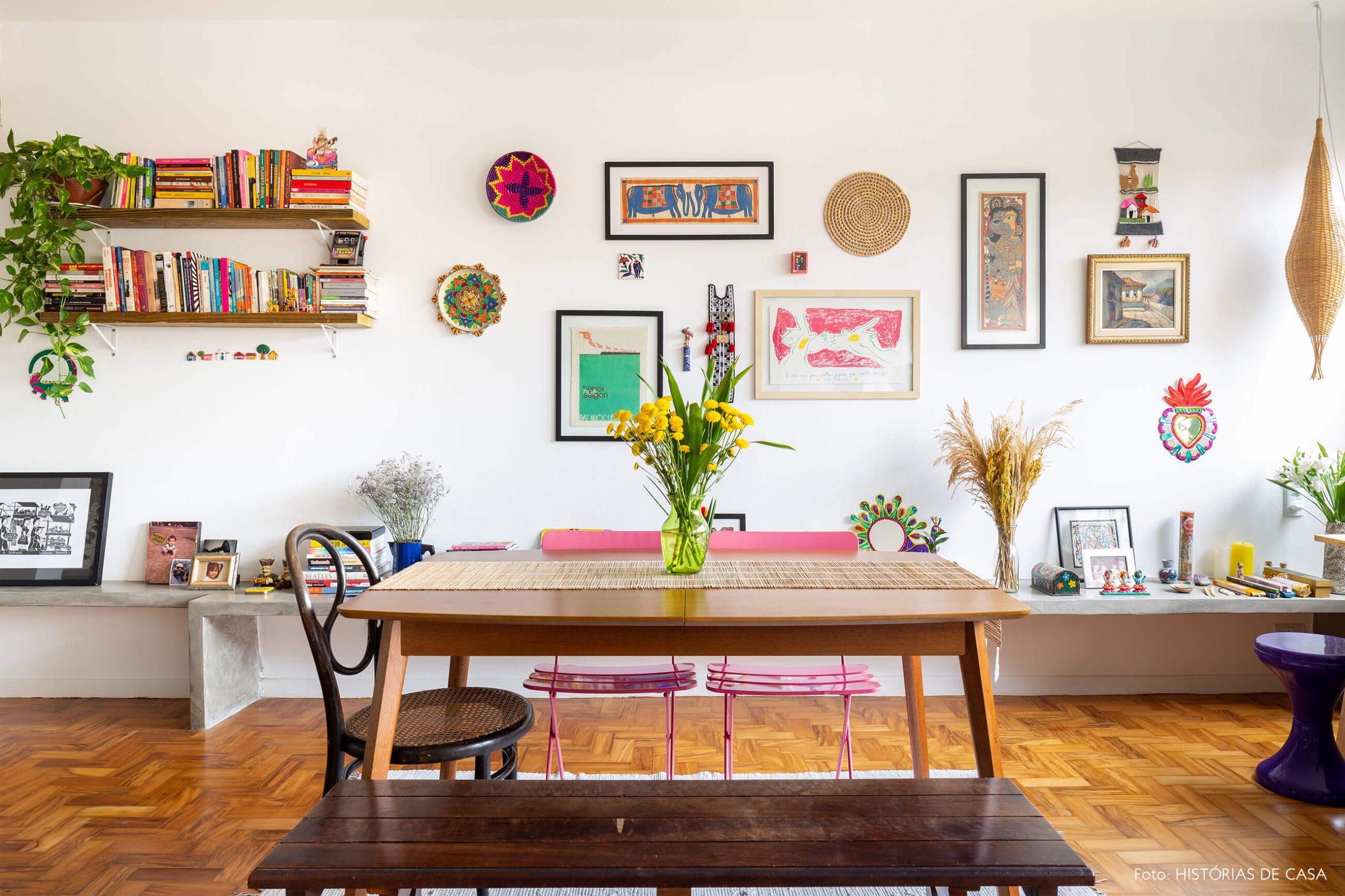decoração sala jantar com chão e móveis de madeira cadeiras coloridas e objetos coloridos