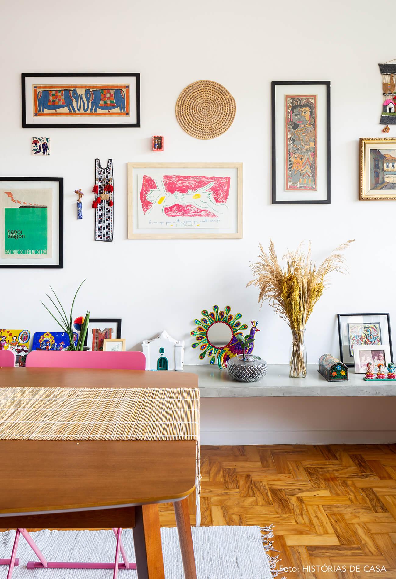 decoração sala com objetos coloridos em bancada de concreto e mesa de madeira