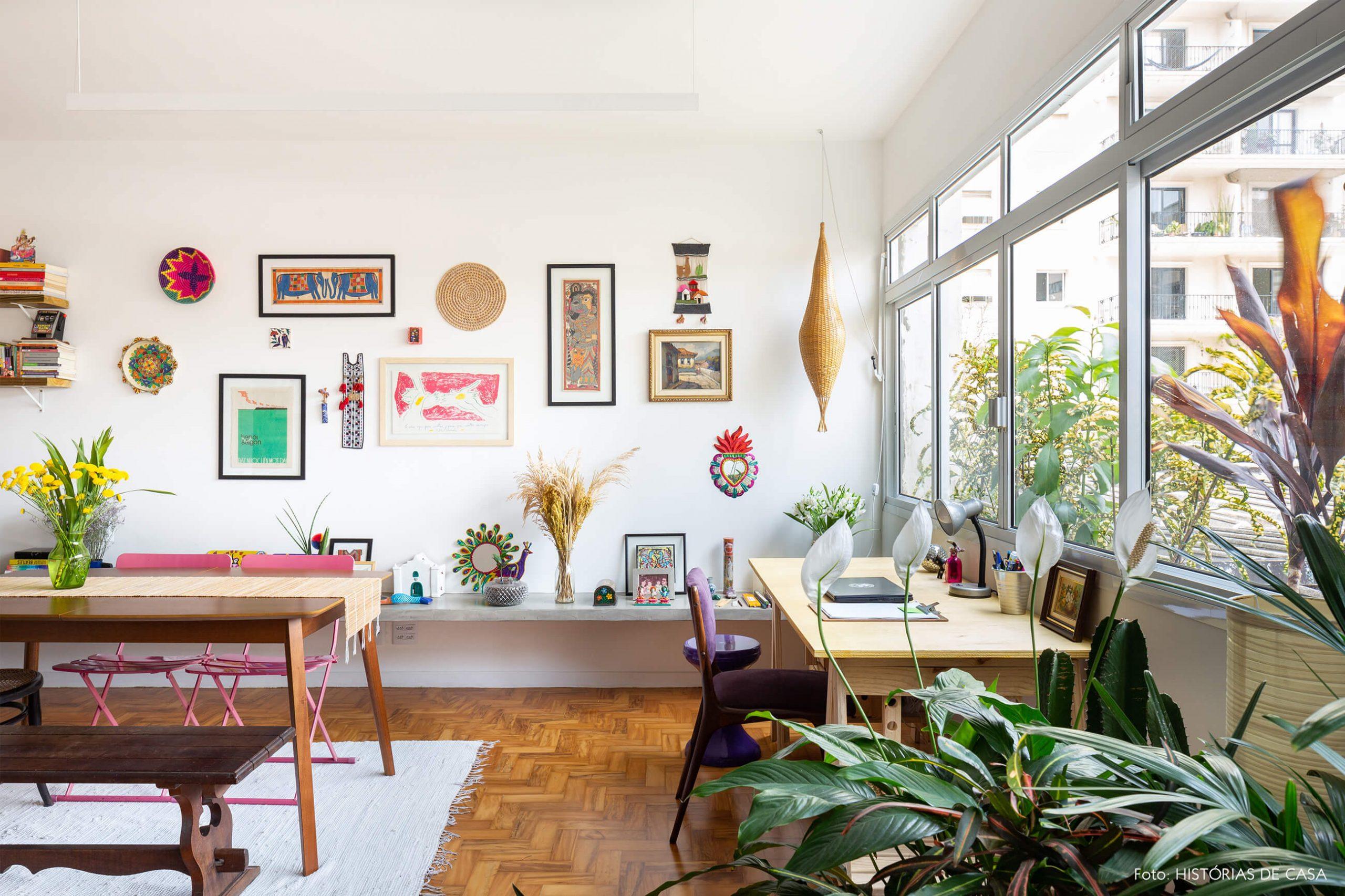 decoração sala jantar com móveis de madeira objetos coloridos e plantas
