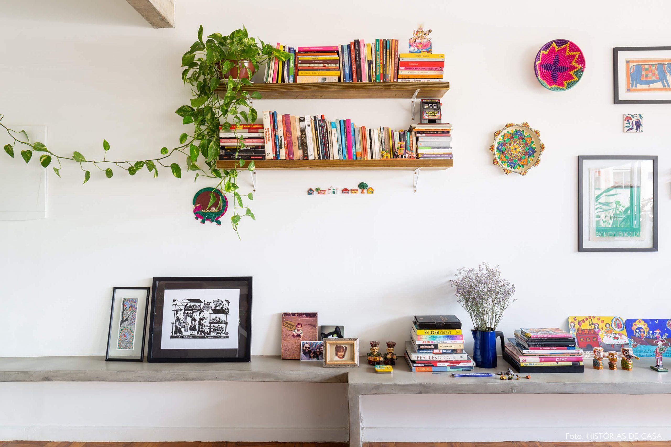 decoração sala com estrutura neutra e objetos coloridos