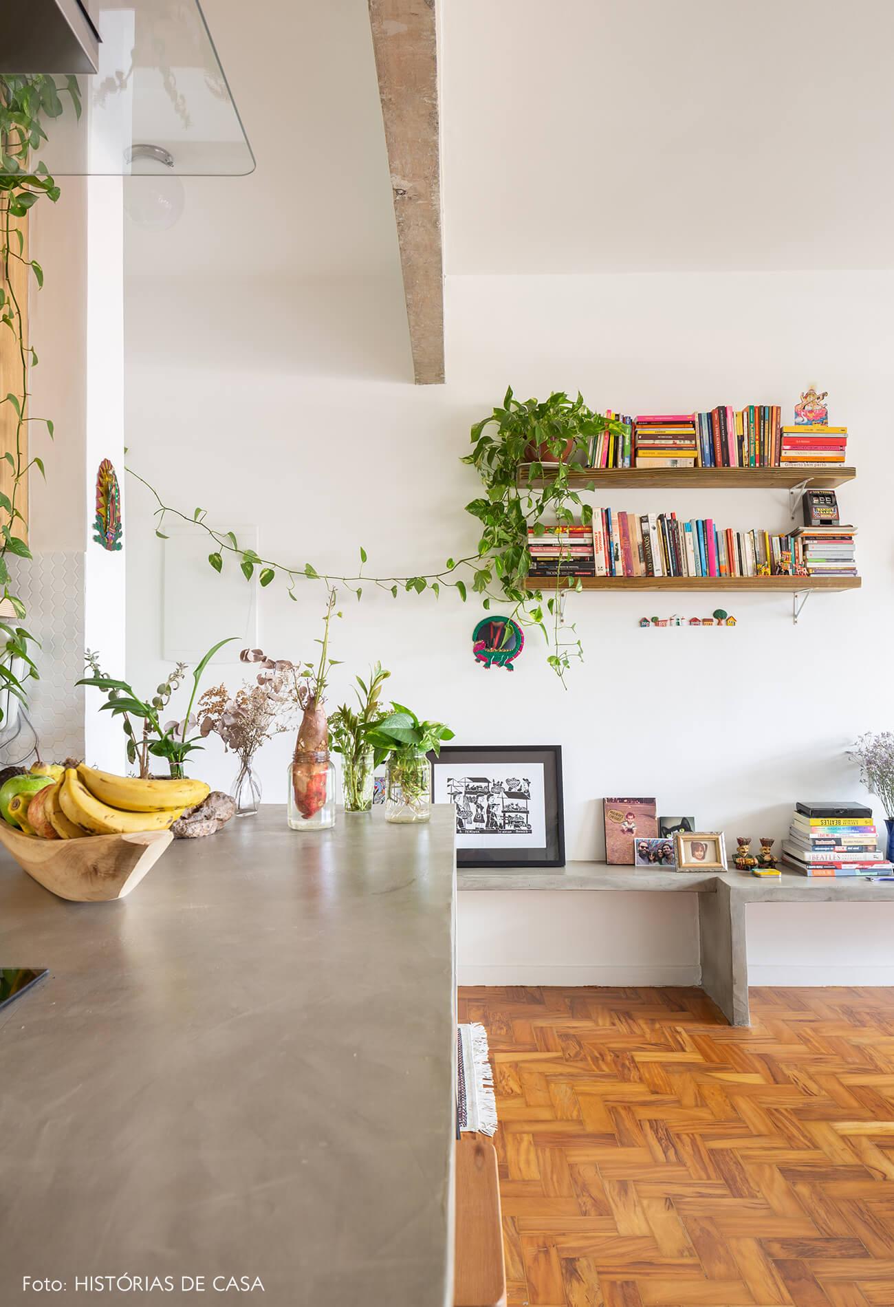 decoração sala com chão de taco e bancadas de concreto