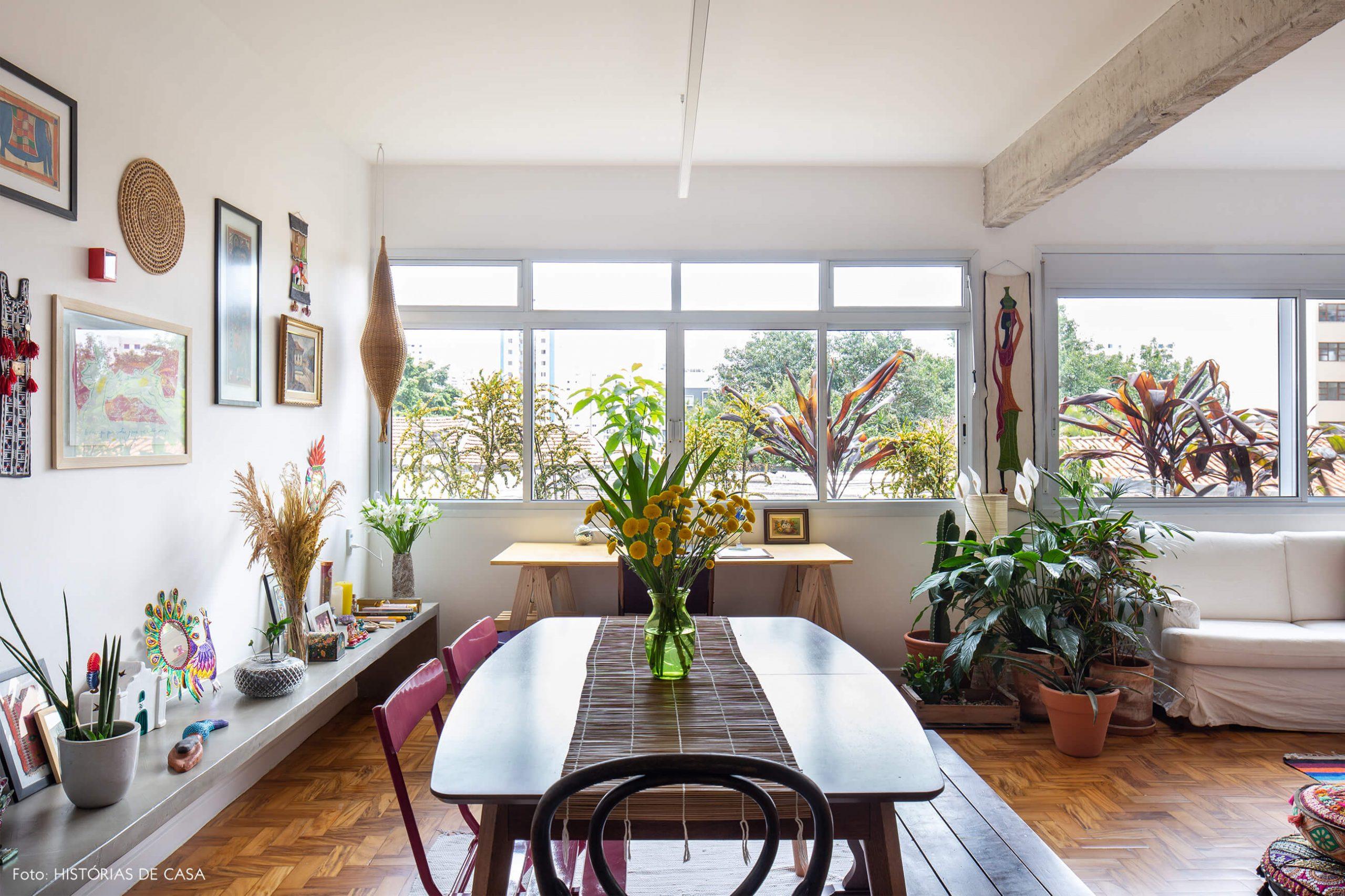 decoração sala jantar com mesa de madeira cadeiras rosas e banco de concreto