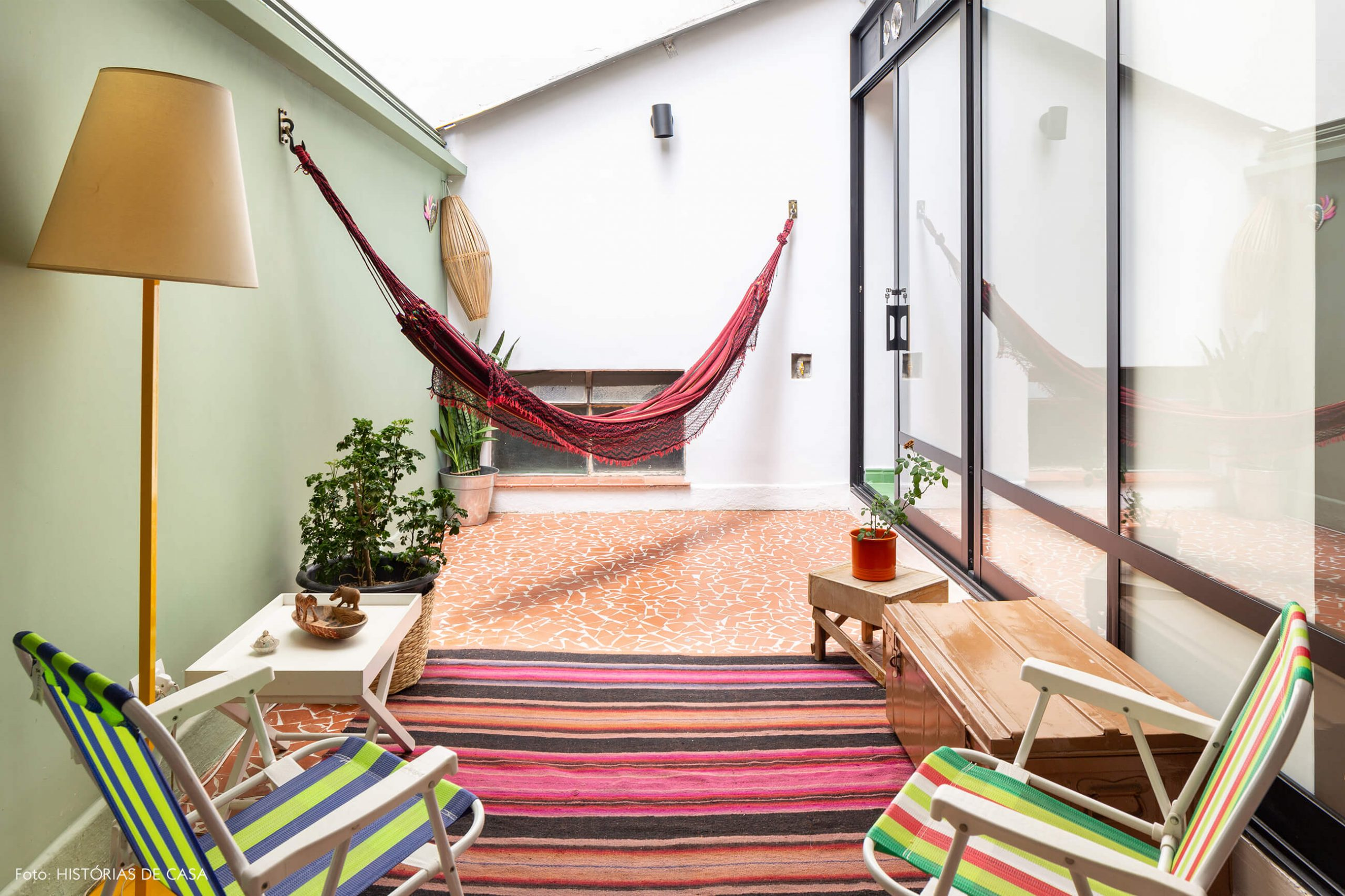 decoração área externa com cadeiras de praia e rede