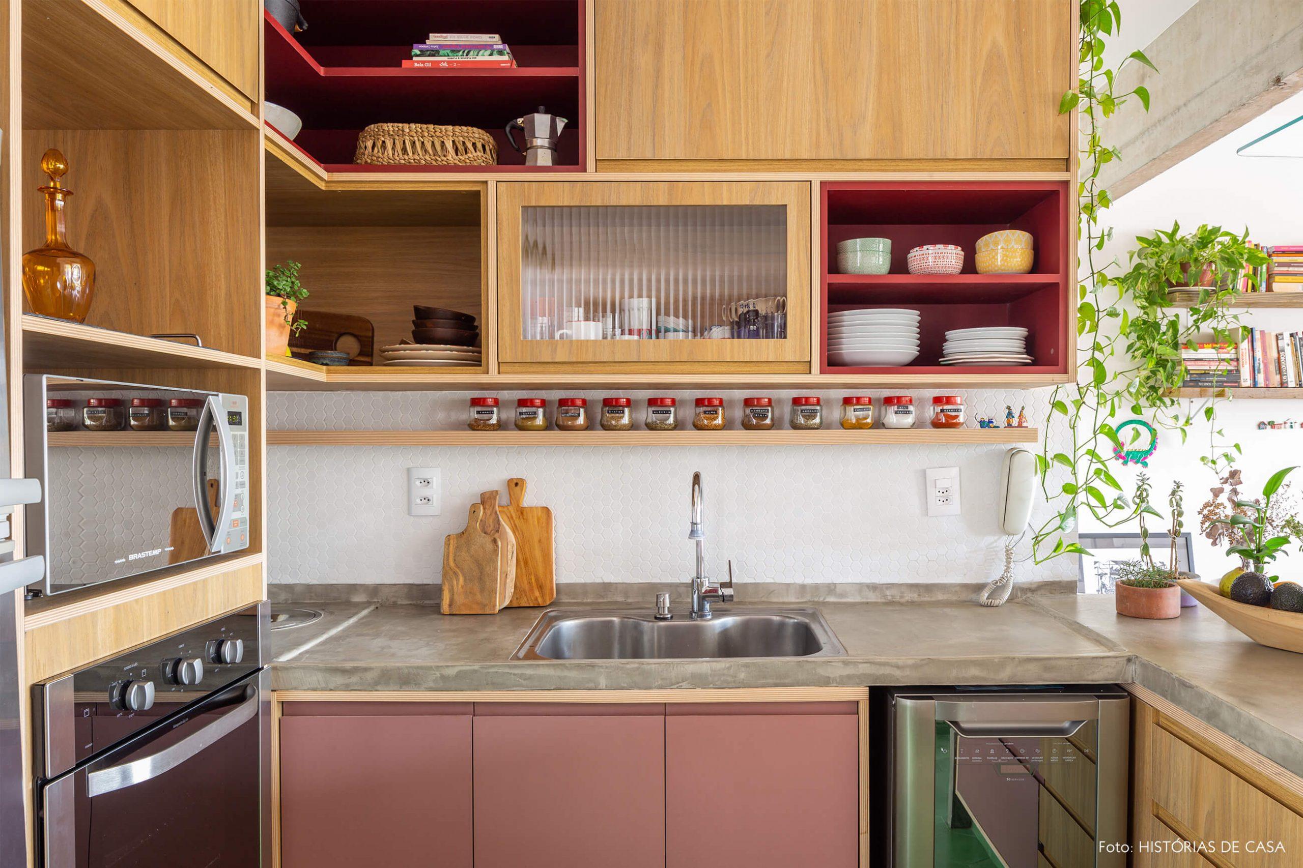 decoração cozinha com bancada de concreto e armários de madeira