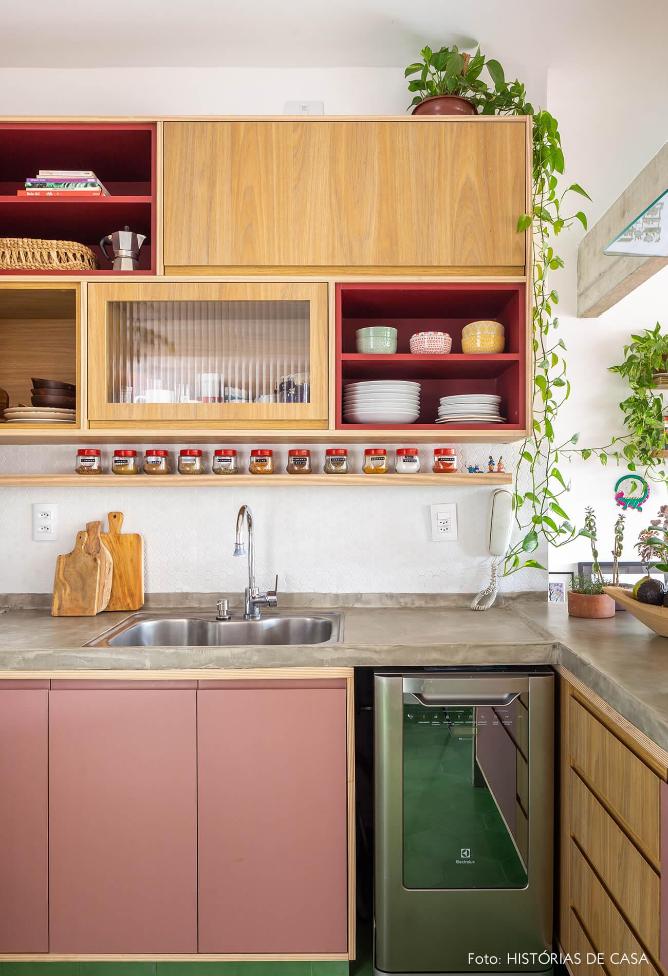 decoração cozinha com armarios de madeira vermelho e rosa