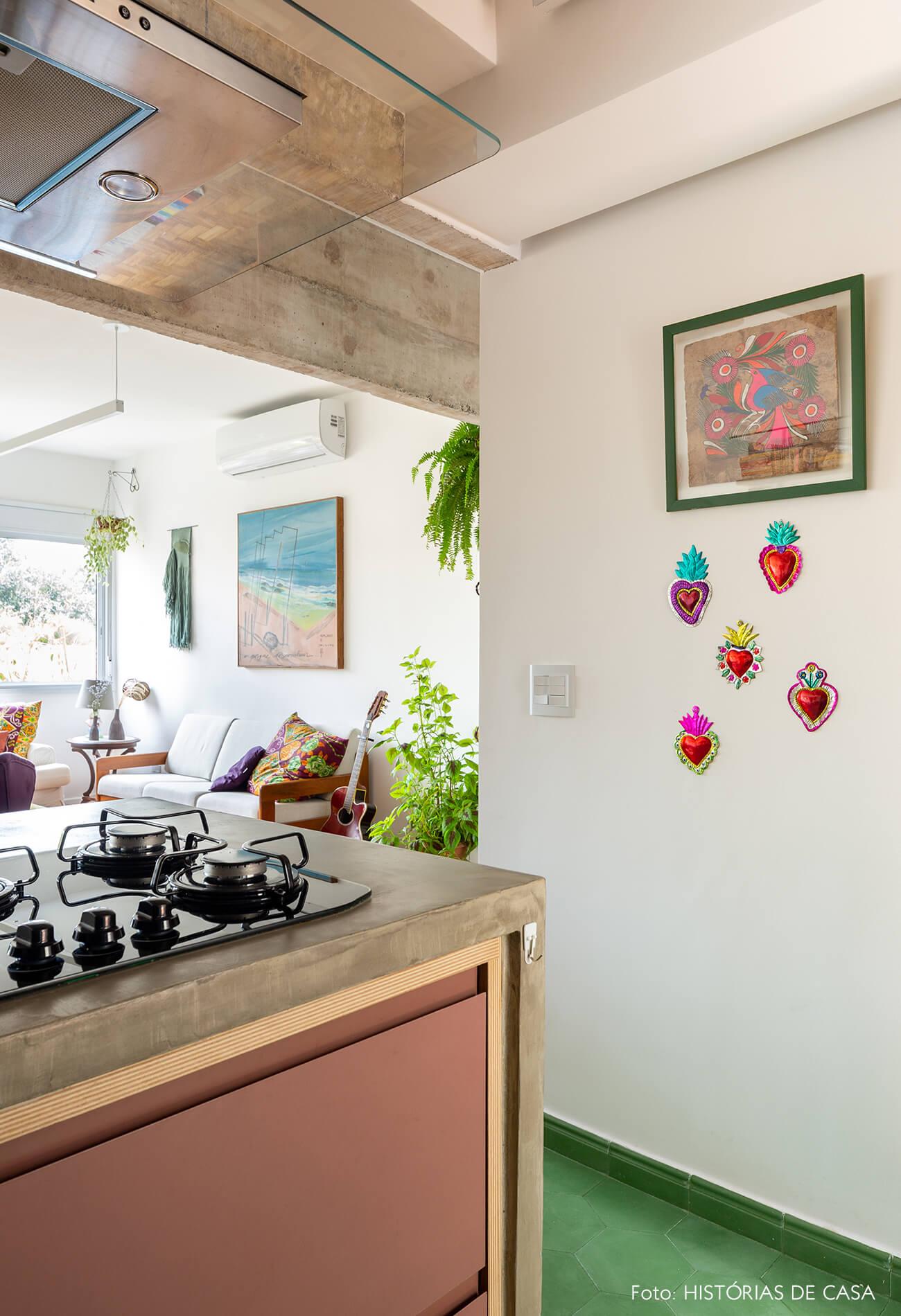 decoração cozinha com corações decorativos na parede