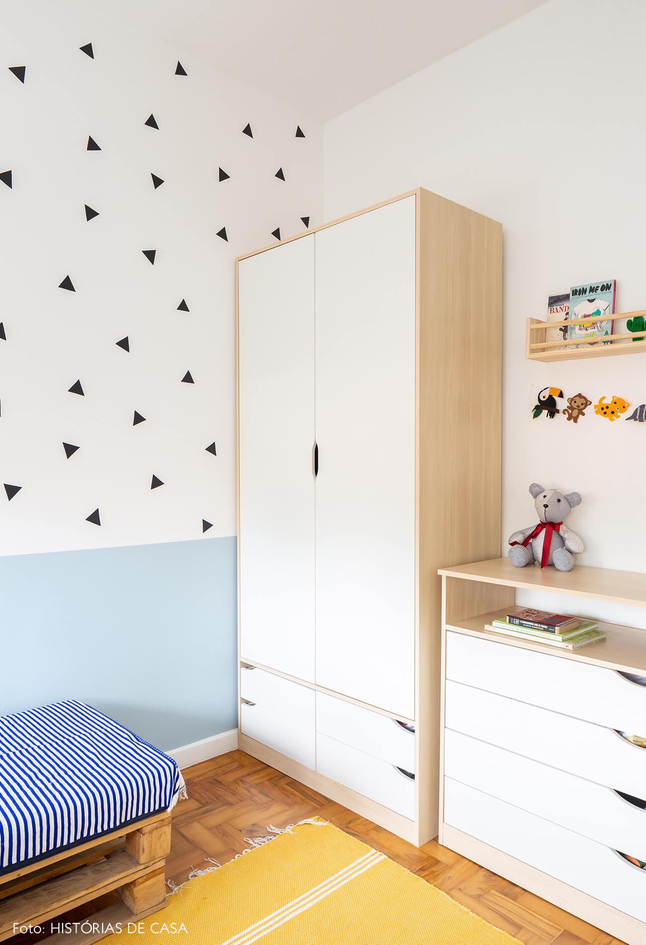 decoração quarto infantil com parede de adesivos triangulos