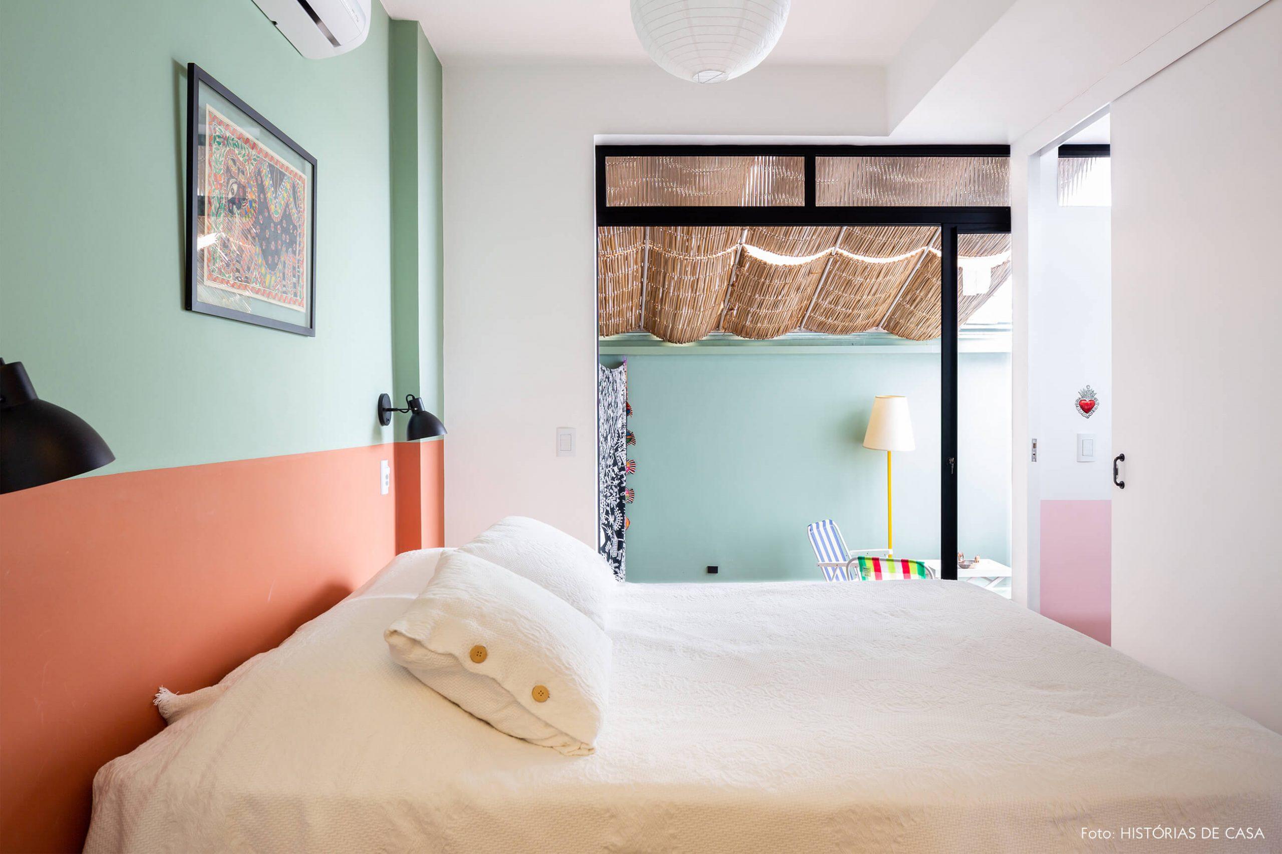 decoração quarto colorido com parede verde e laranja e varanda