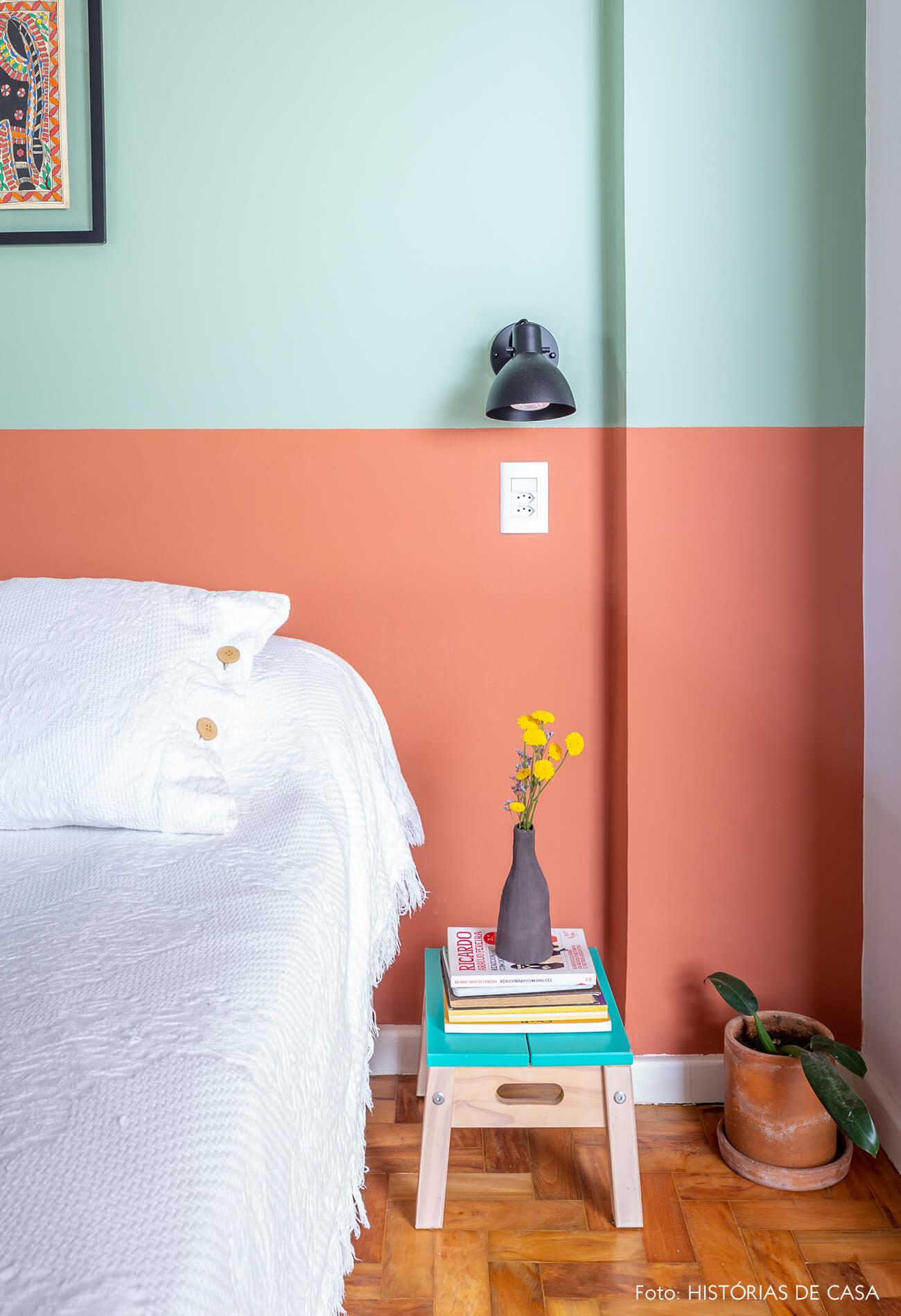 decoração quarto colorido com parede verde e laranja e banco azul