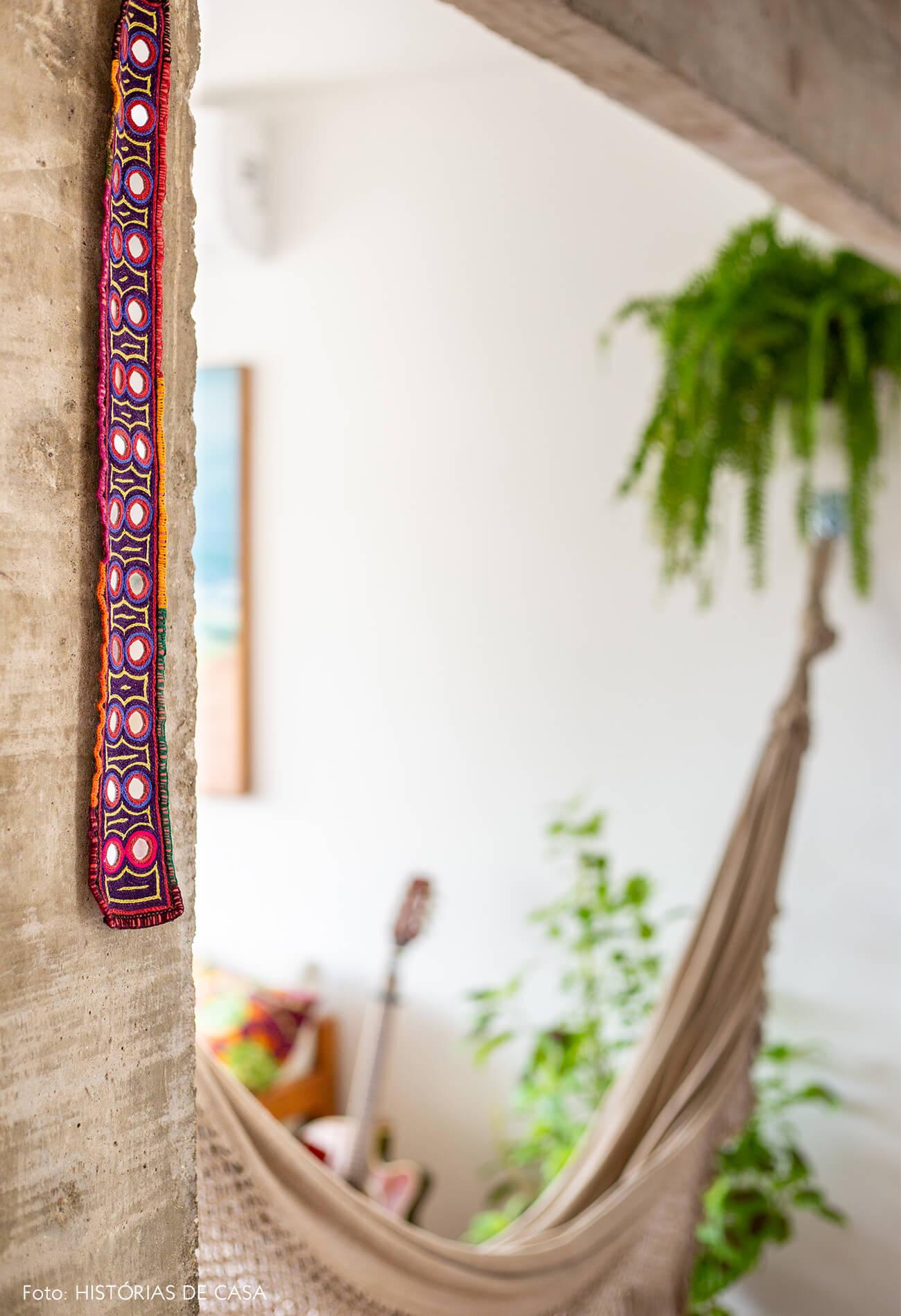 decoração detalhe objeto colorido em coluna de concreto