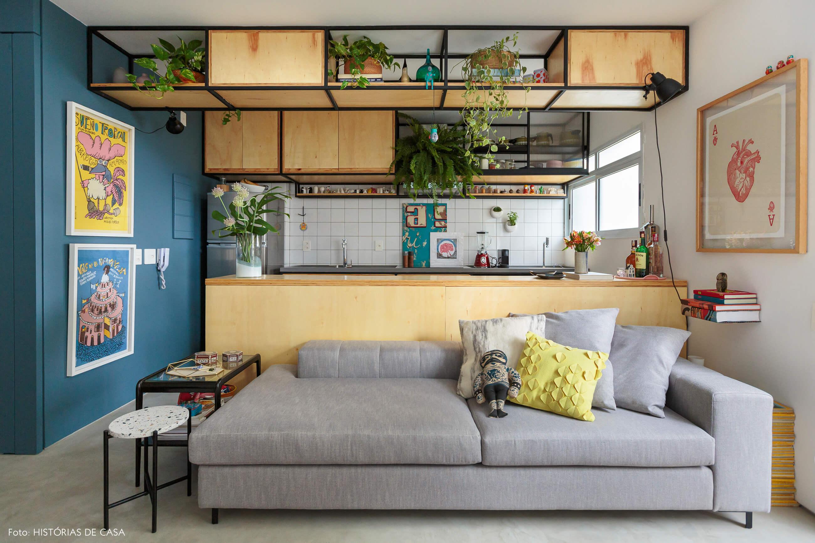 flavio-decoração-sala-cozinha-com-armarios-de-madeira-clara.