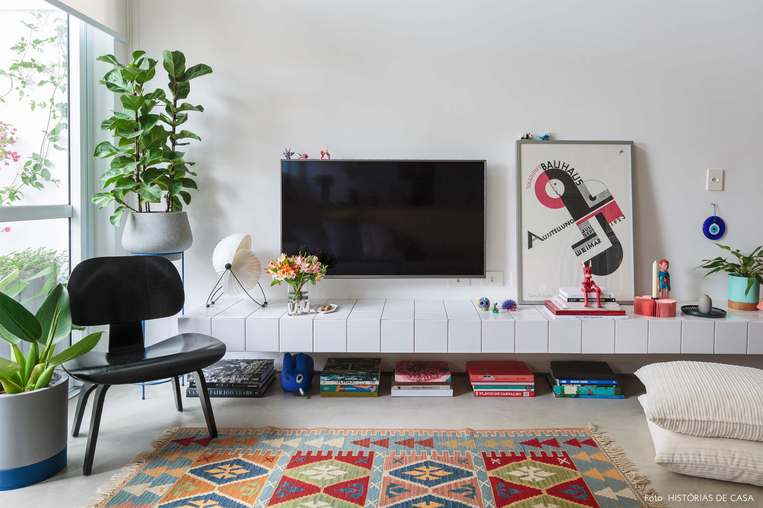 flavio-decoração-sala-com-rack-de-azulejo-e-tapete-colorido