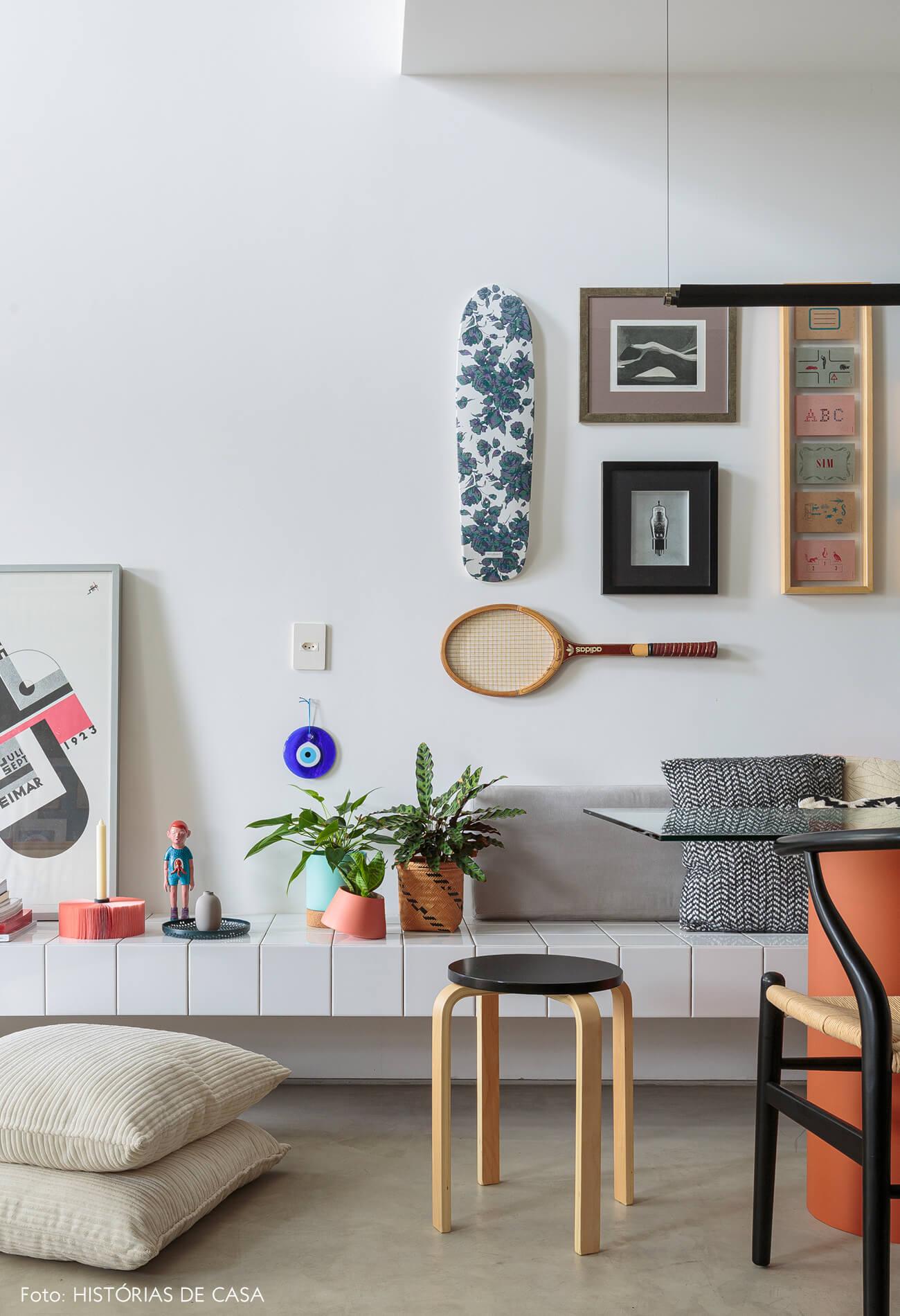 flavio-decoração-sala-com-banco-de-azulejo-e-quadros