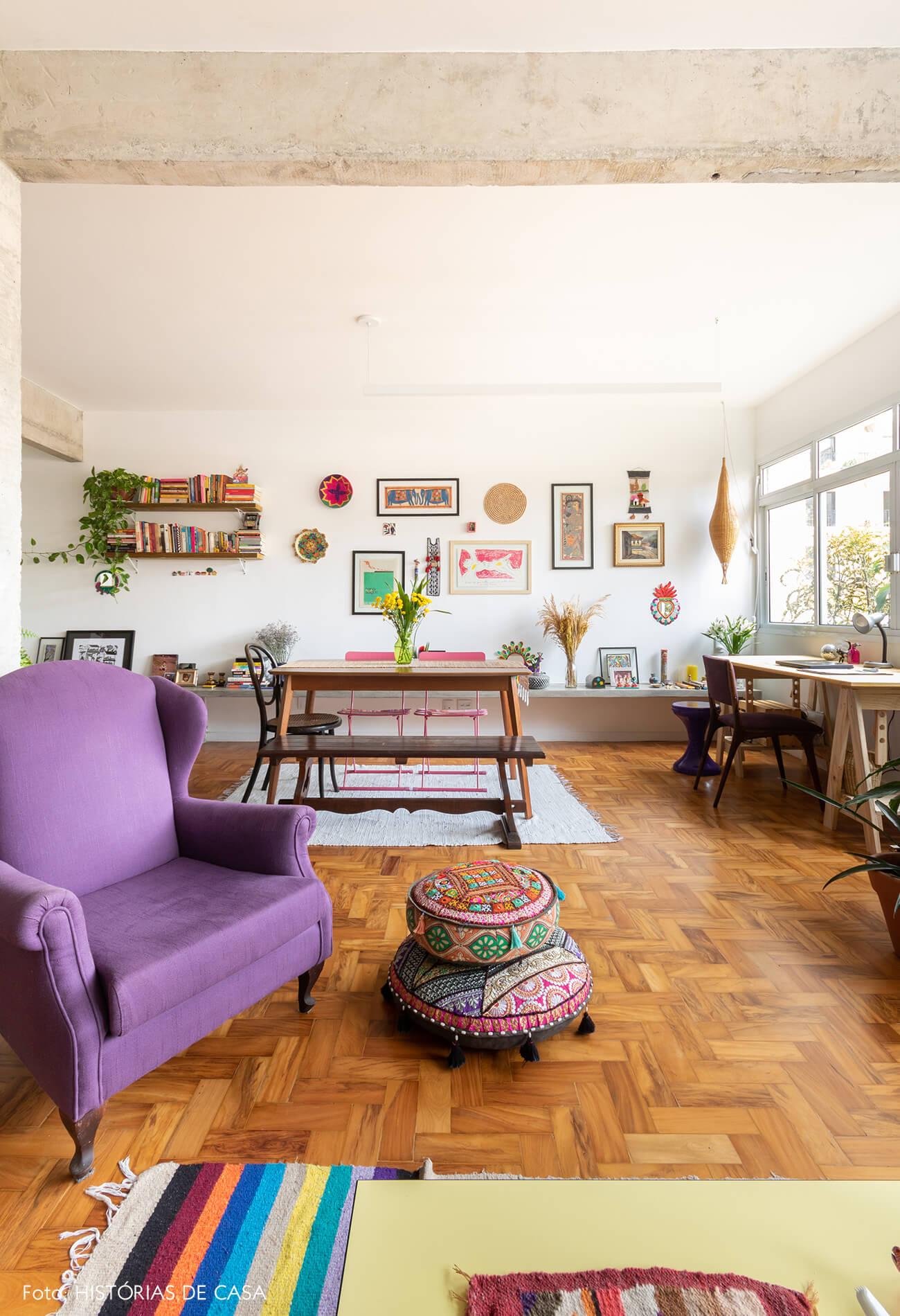 decoração sala colorida com chão de taco e poltrona roxa