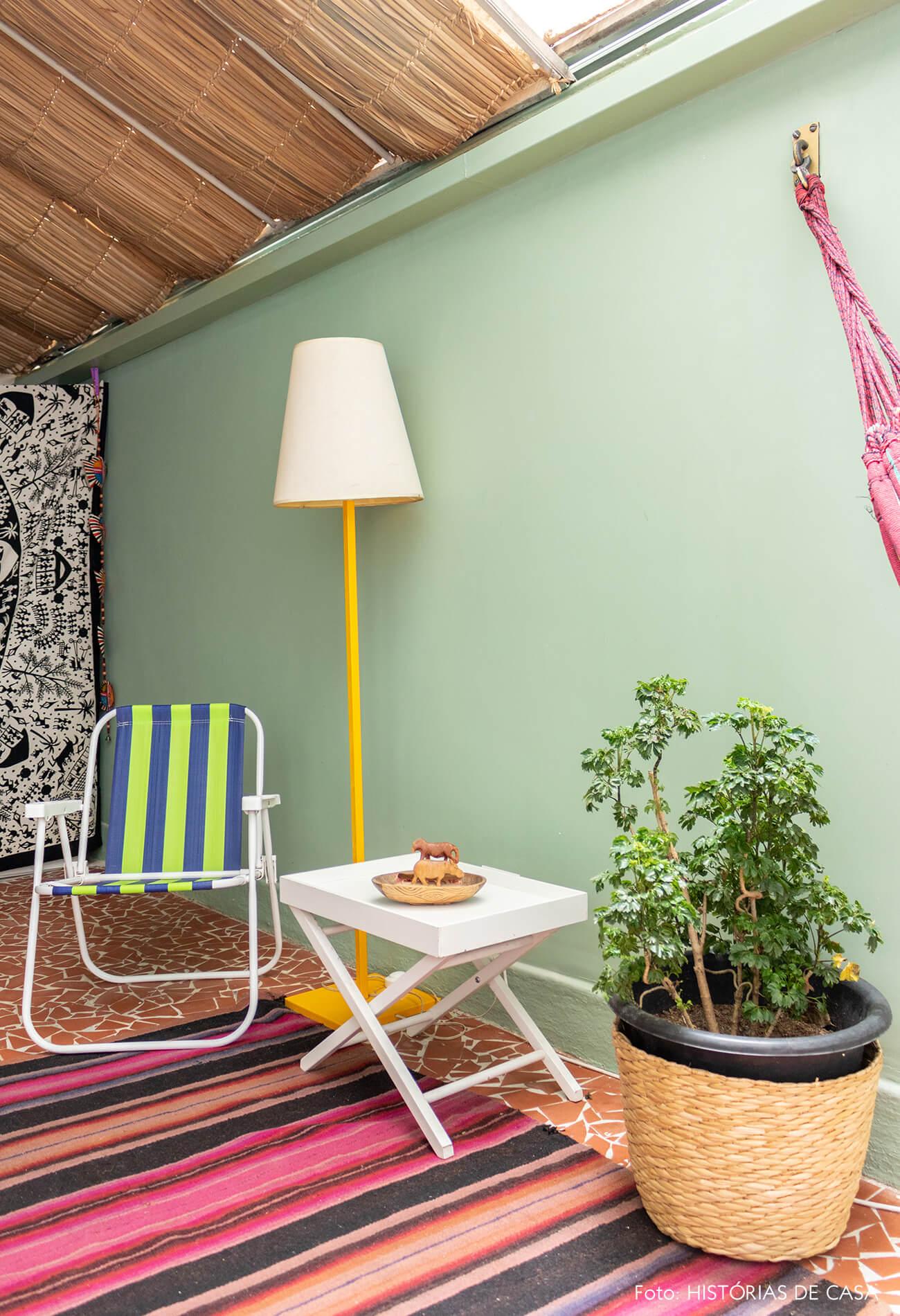 decoração área externa com cadeira de praia cesto e rede