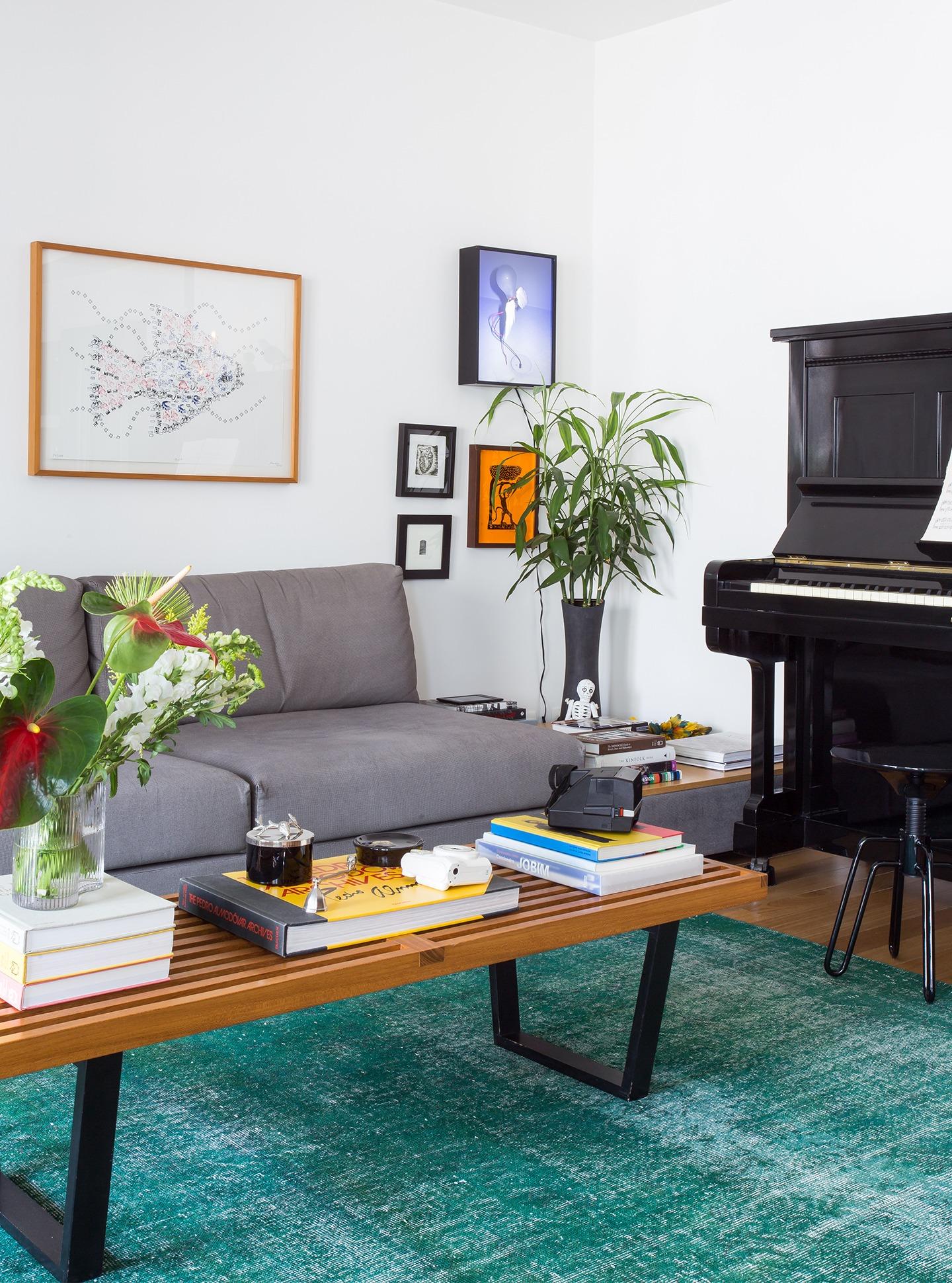 felipe-del-moro-decoração-10-sala-com-piano-e-tapete-azul
