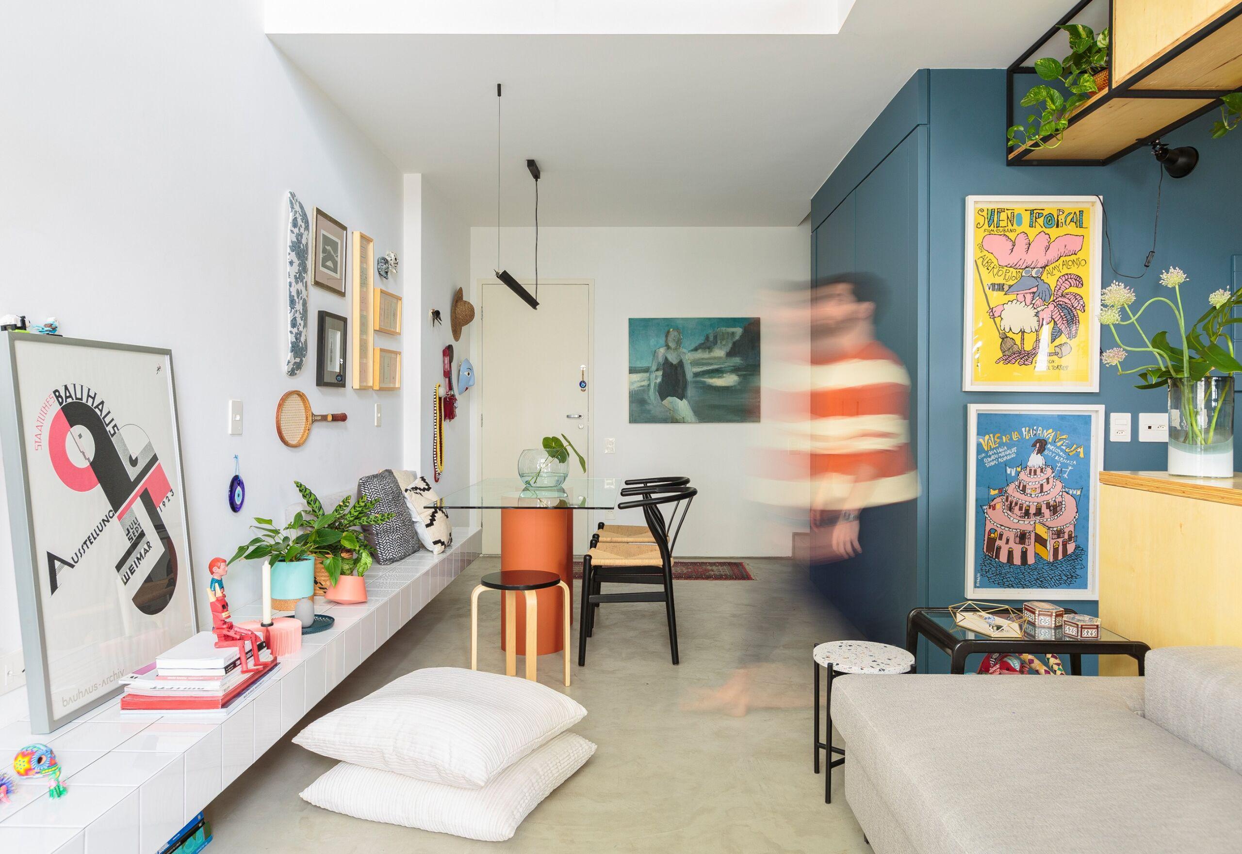 capa-flavio-decoração-sala-com-parede-azul-e-rack-de-azulejo