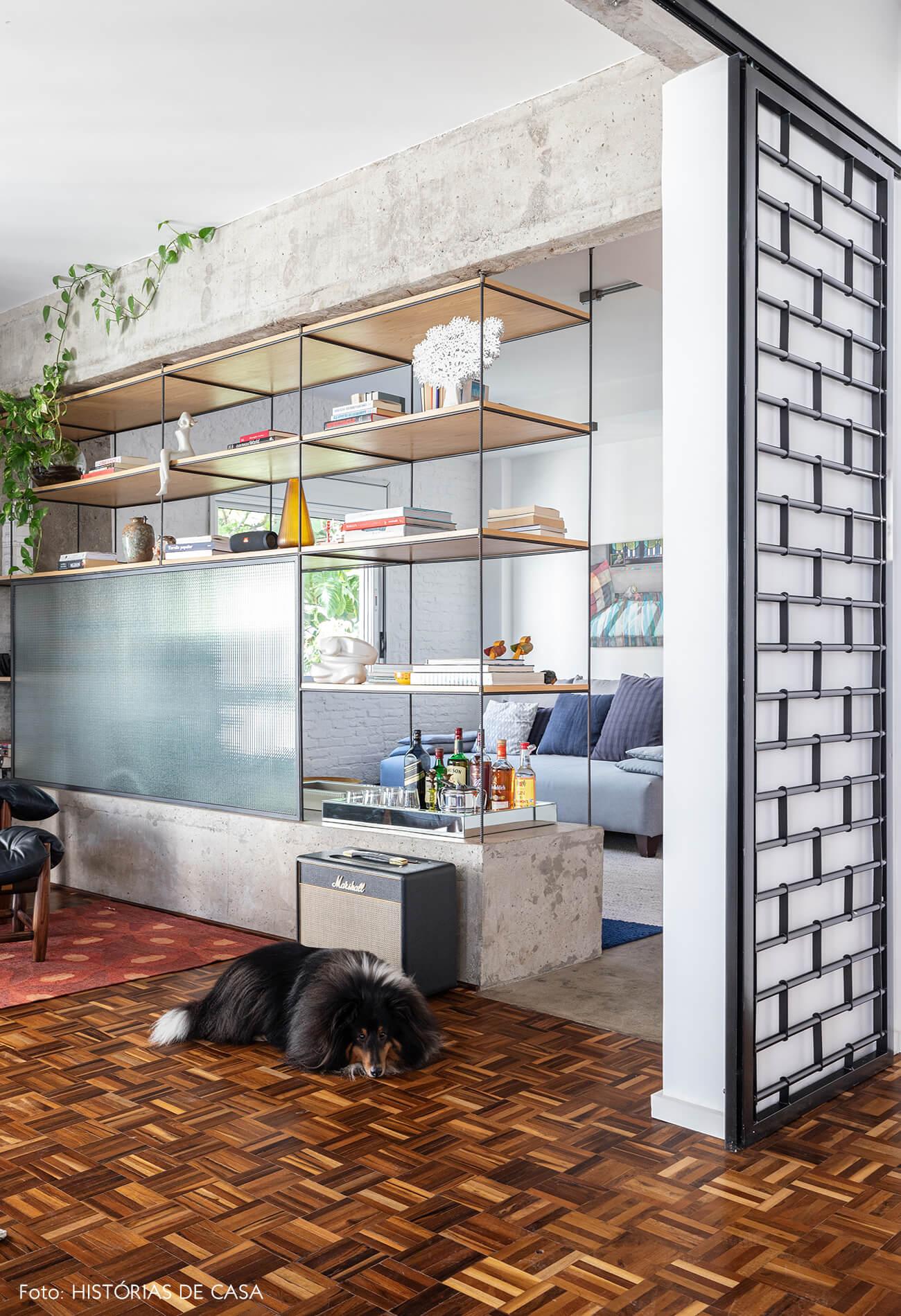 sala-com-estrutura-de-concreto-e-piso-madeira