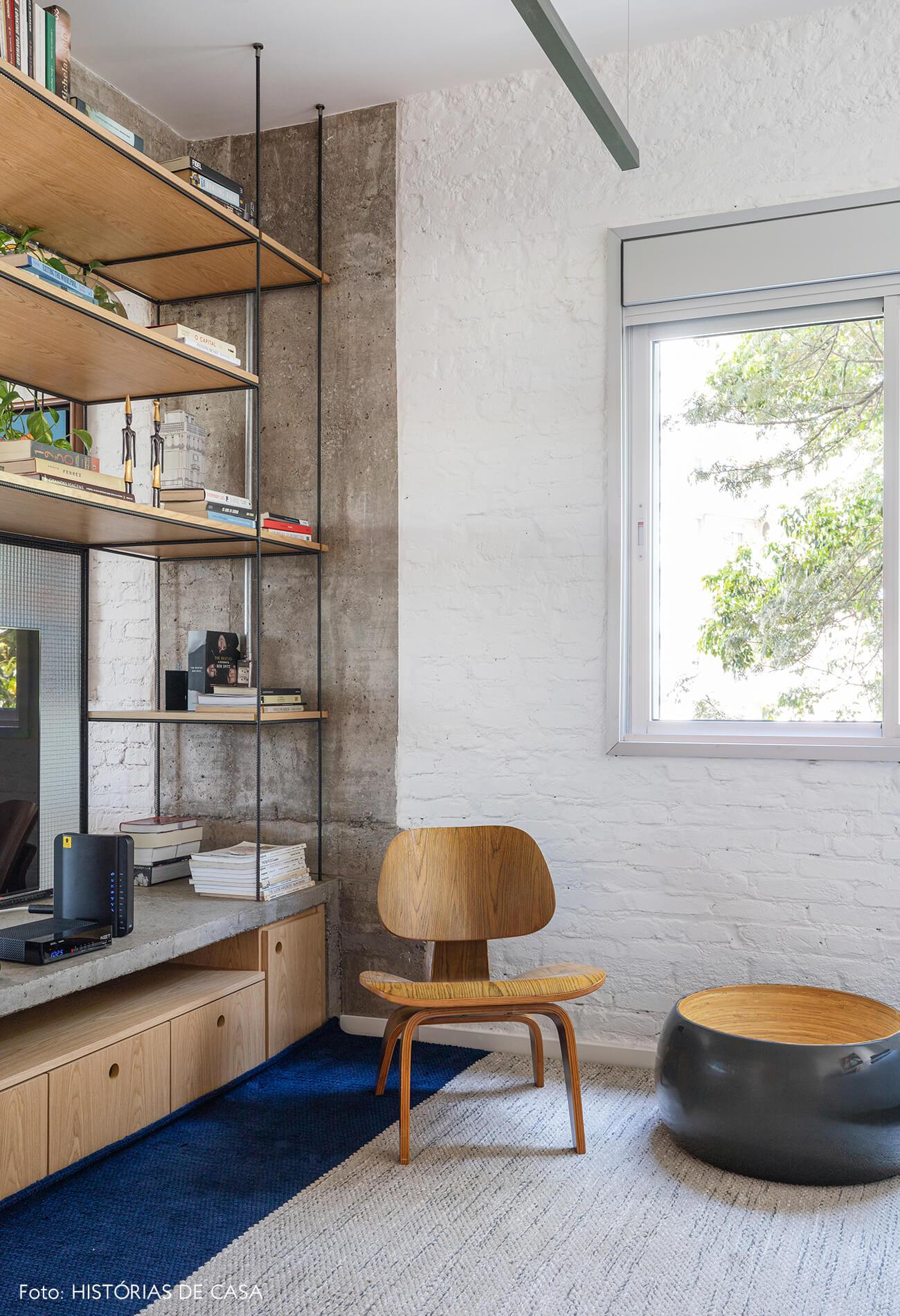 sala-tv-com-cadeira-madeira-e-estrutura-de-concreto