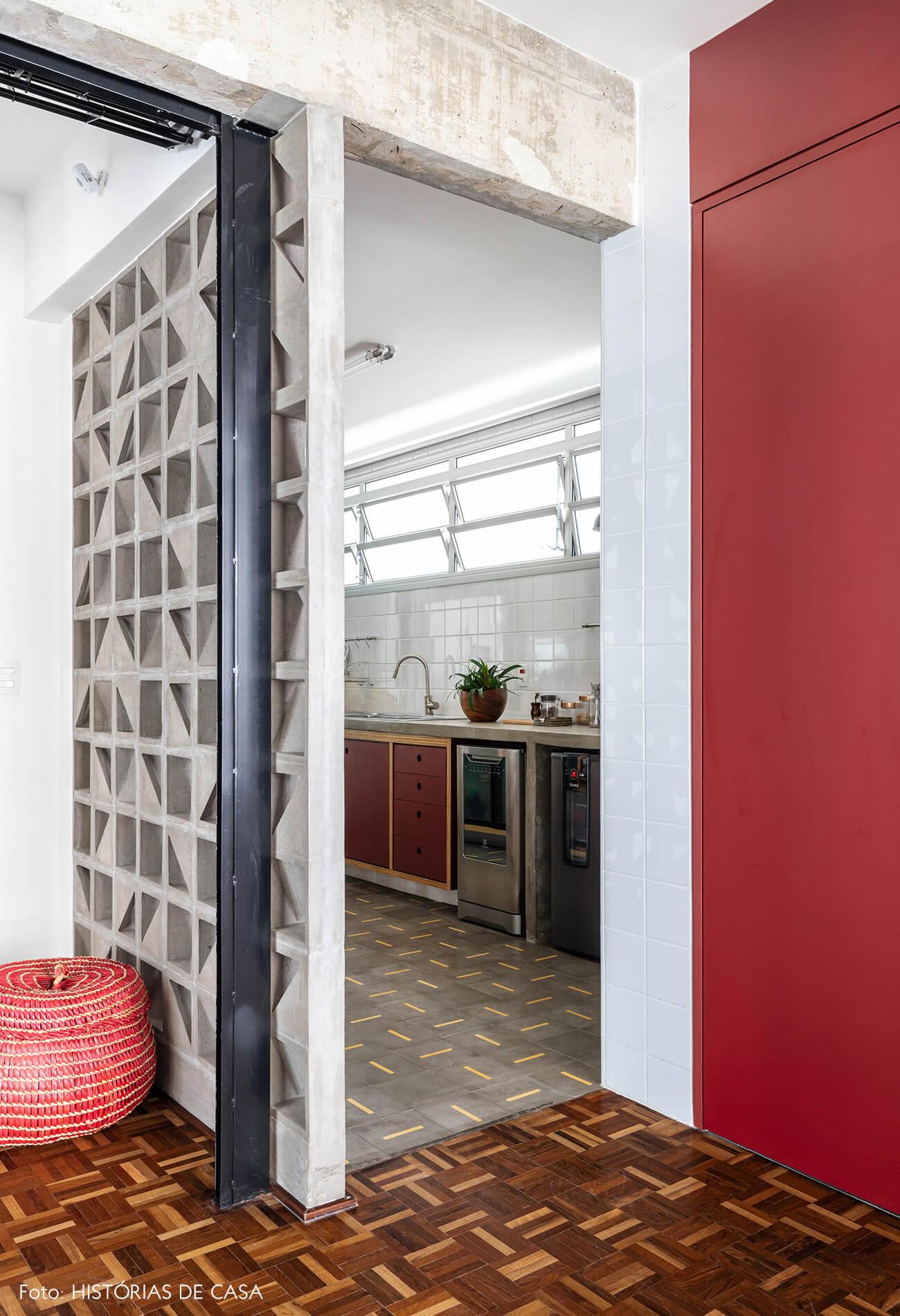 sala-com-estrutura-e-cobogo-de-concreto-e-porta-vermelha