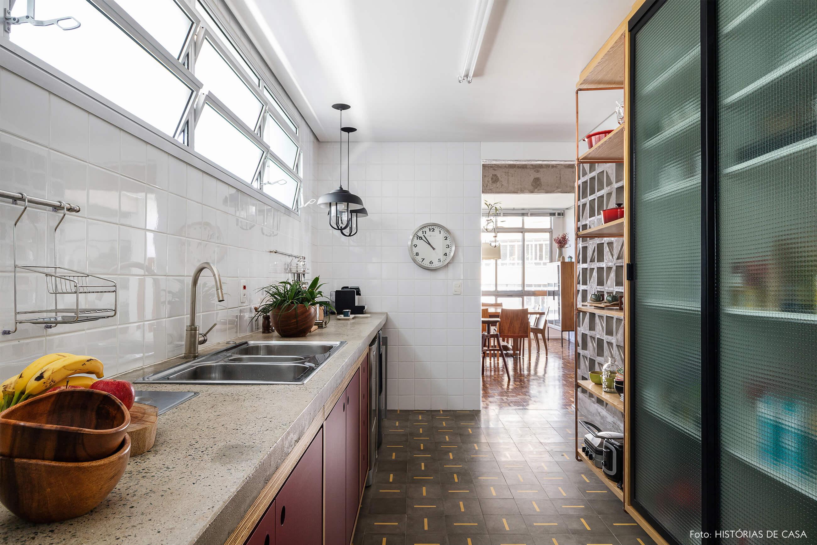 cozinha-com-armarios-de-madeira-e-porta-de-vidro