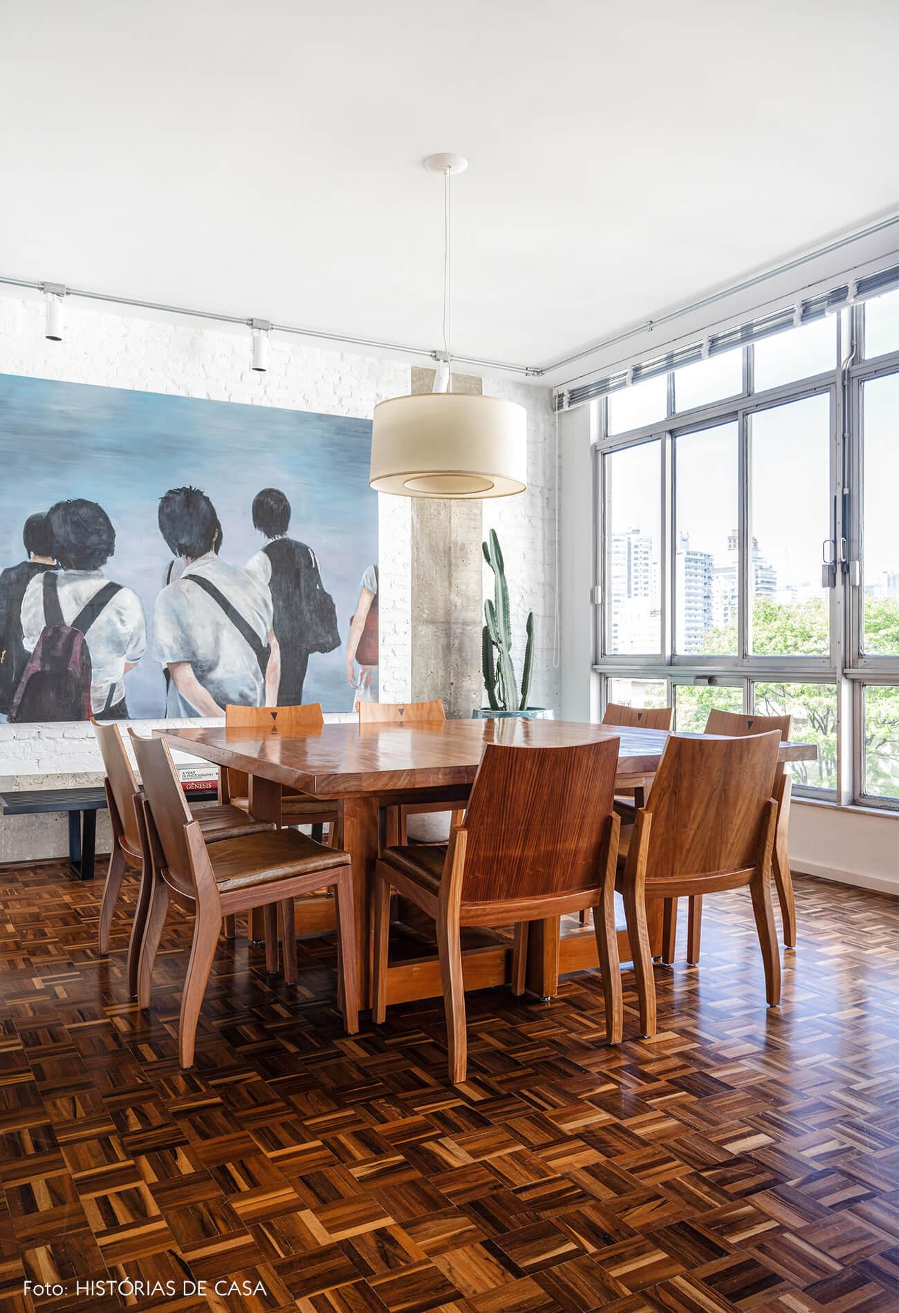 sala-jantar-com-estrutura-concreto-e-moveis-de-madeira