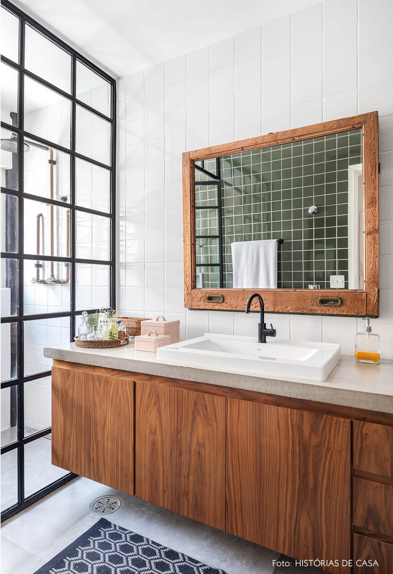 banheiro-com-azulejo-verde-porta-vidro